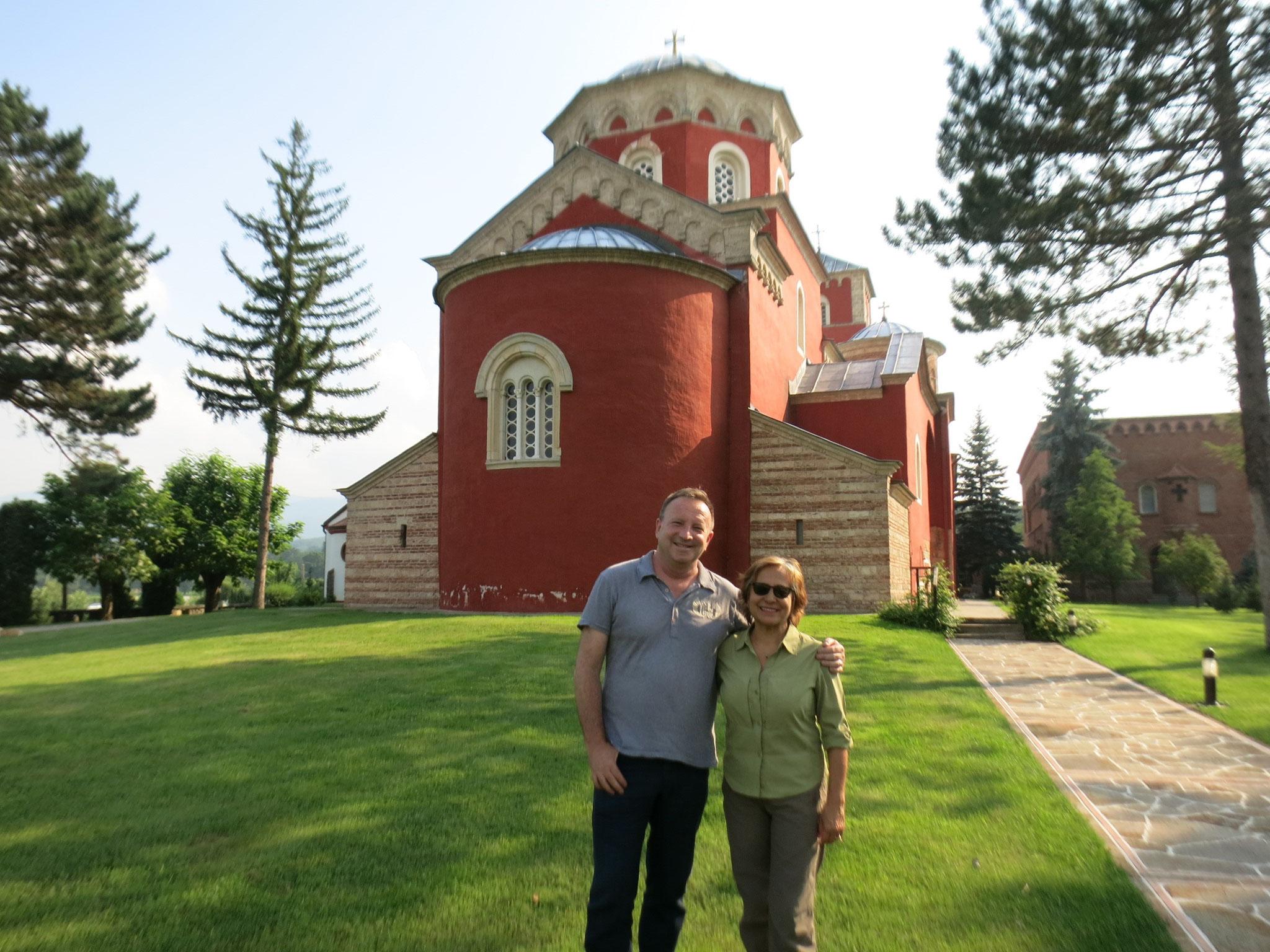 Sima y Belli con el monasterio de fondo
