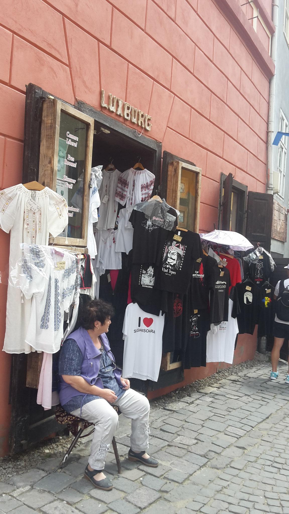 vendedora (tambien de camisetas de Drácula)