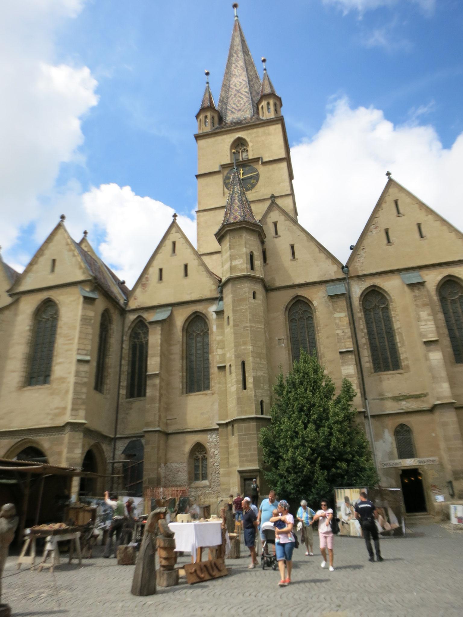 trabajan al lado de la catedral