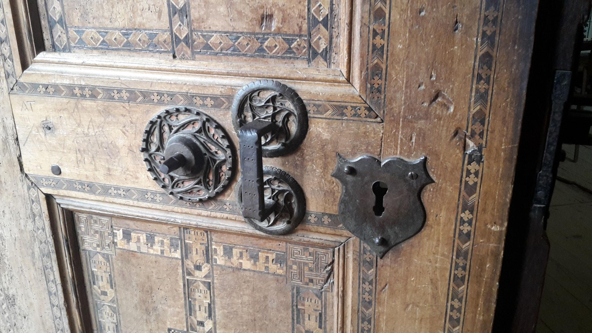 la puerta vista desde la iglesia