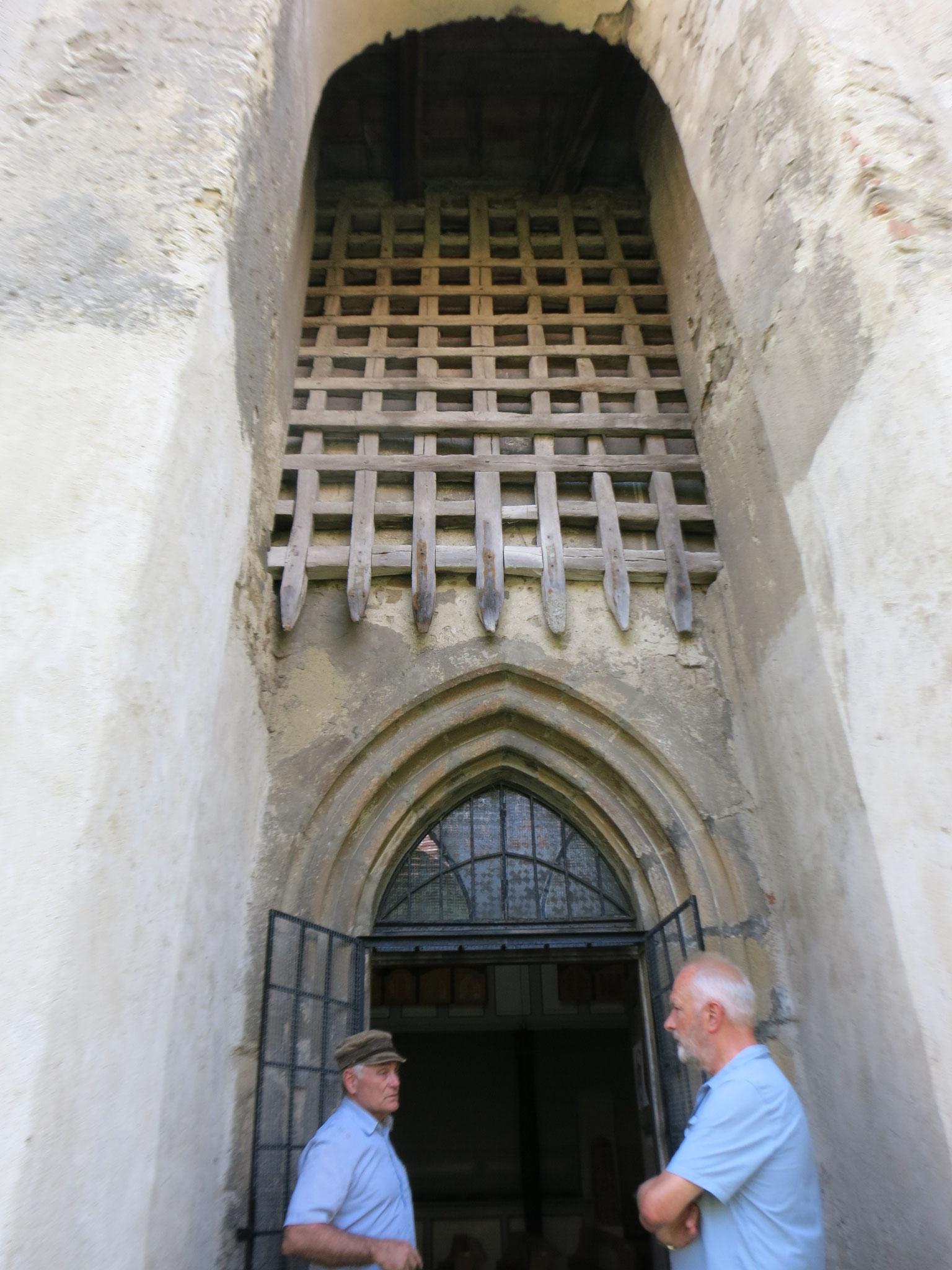 Willi con el Sr. Weber que nos explica como se bajaba la verja de protección de la entrada de la iglesia Valea Viilor