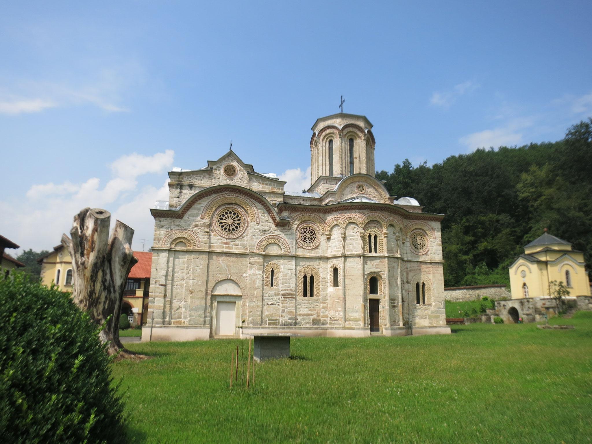 El monasterio visto desde la puerta de entrada del recinto amurallado