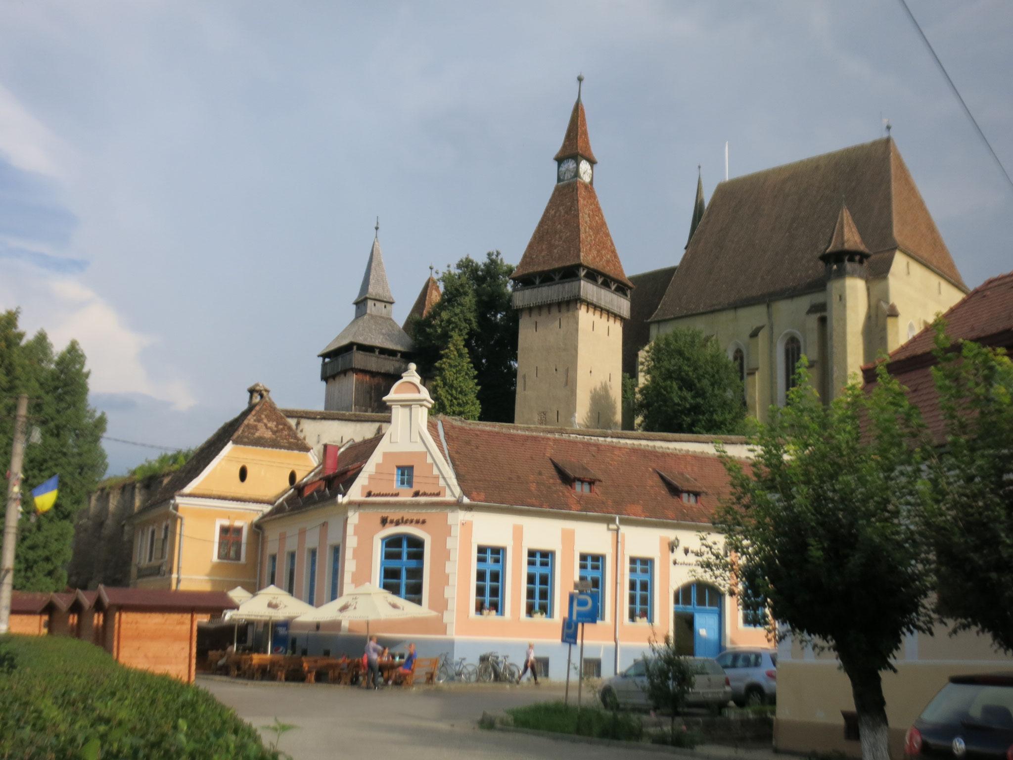Vista desde la plaza del pueblo: la iglesia de Biertan