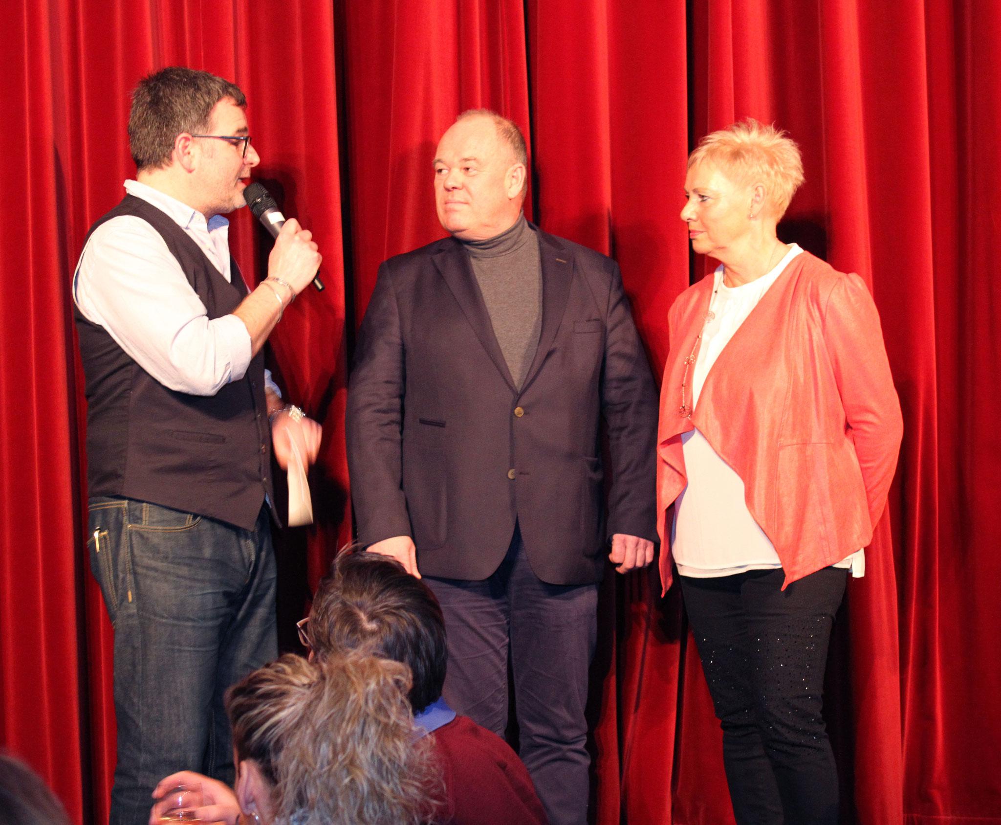 Florian Harz begrüßt Marianne Weiss/KIWANIS Secretary und Axel Dohmann/PEAK.      Foto: ©Arthur Schönbein