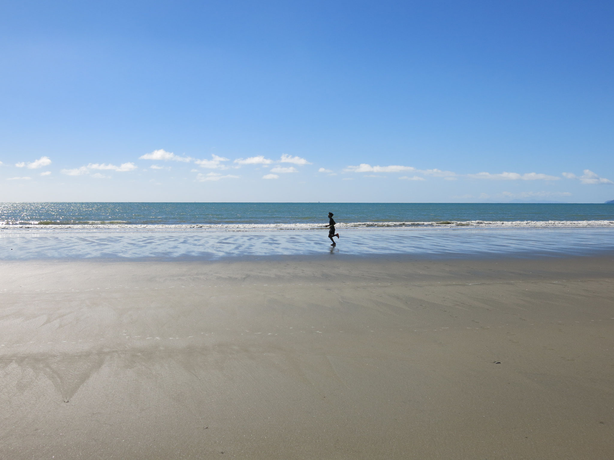 ラビットアイランド 島内の森林コース(土)と広々としたビーチ