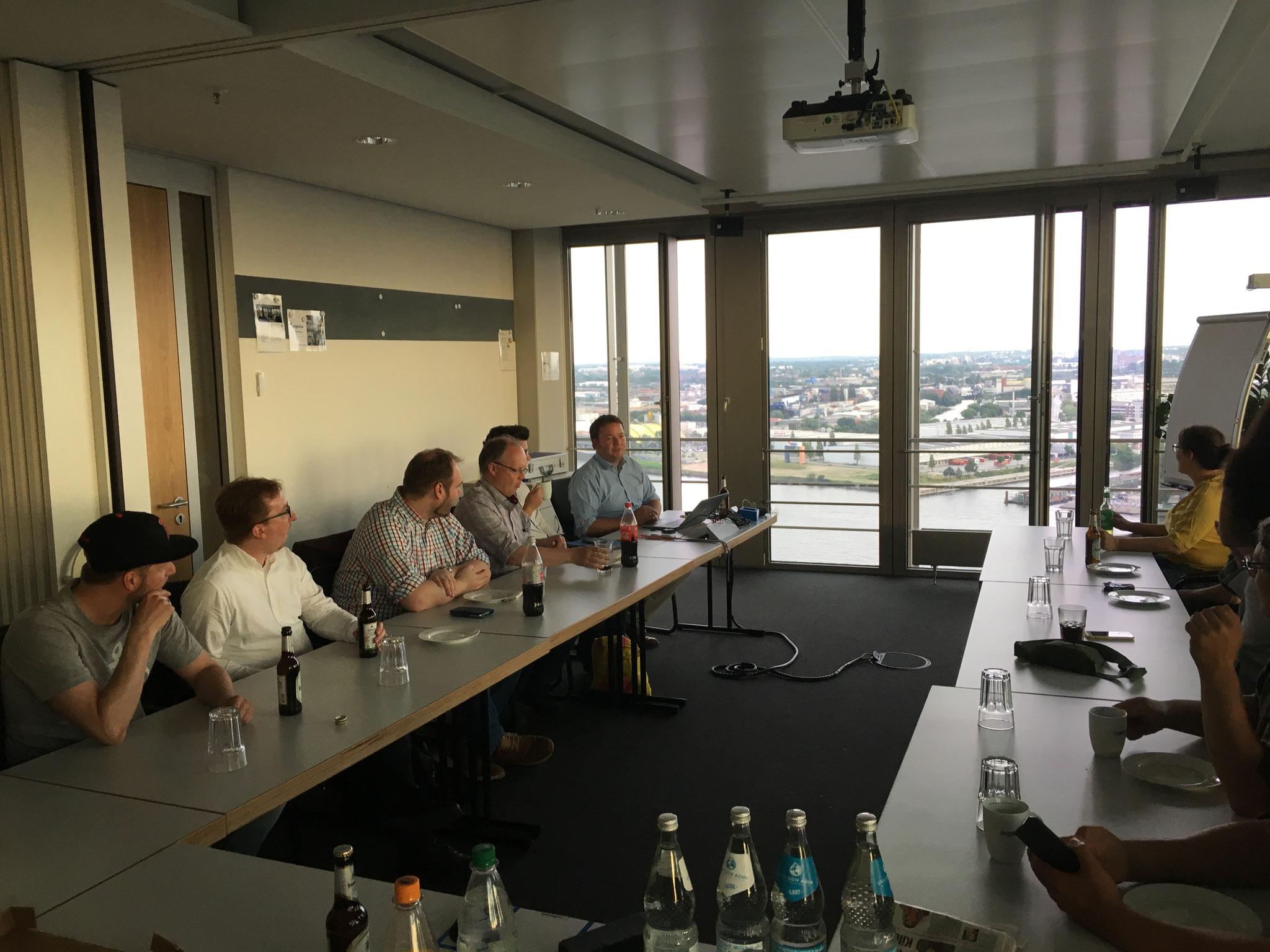 Mitgliederversammlung mit Blick über den Hamburger Hafen