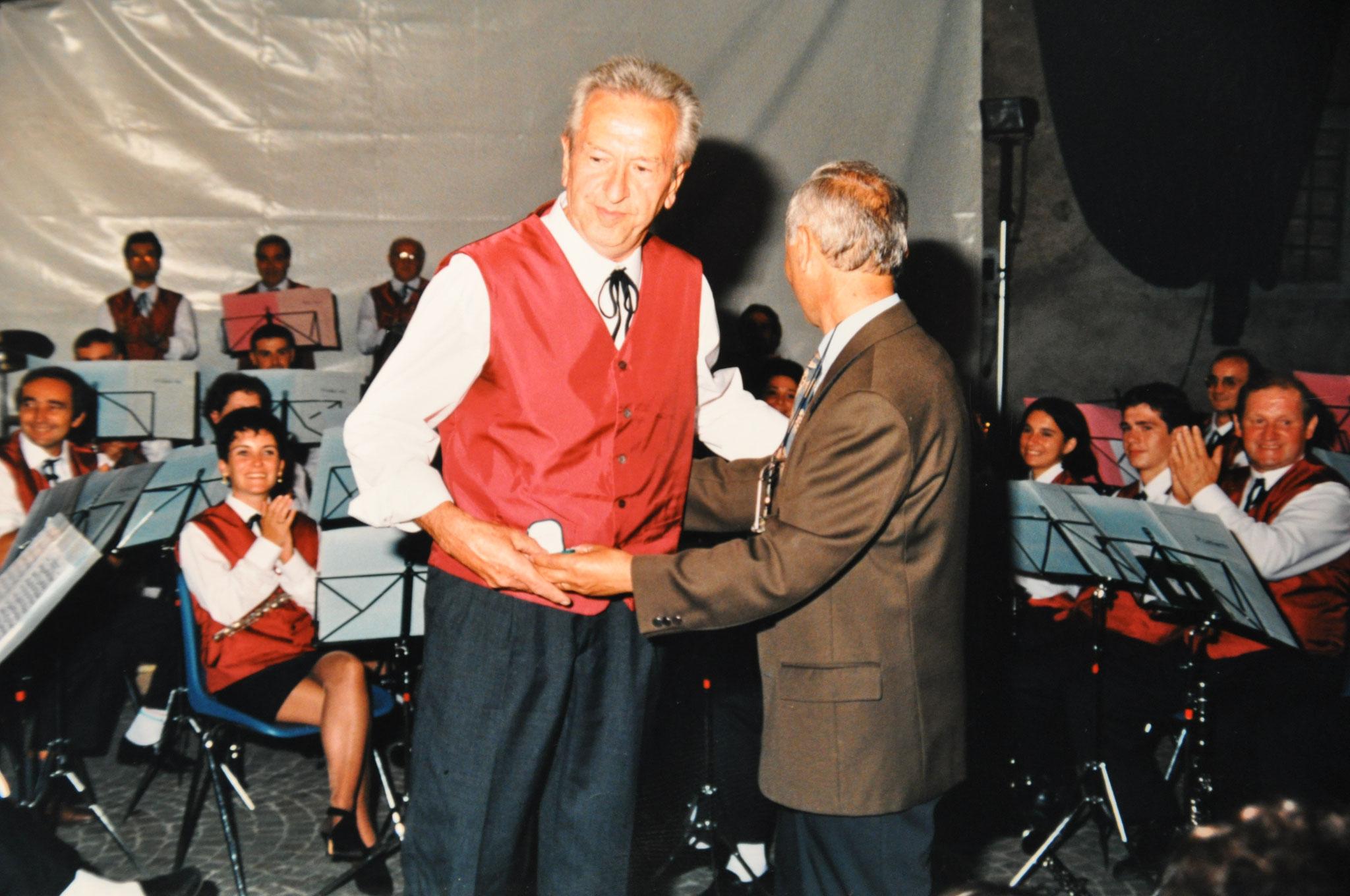 1997 Consegna targa a Enrico Salvetti