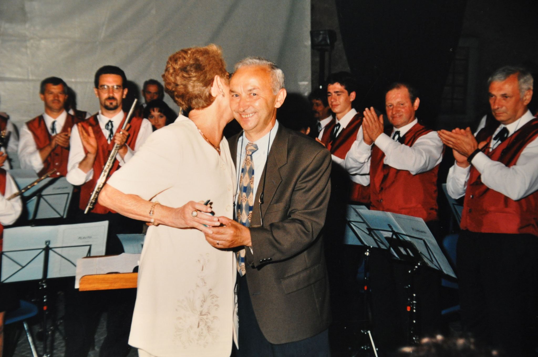 1997 Consegna targa ricordo alla vedova di Albino Tarolli