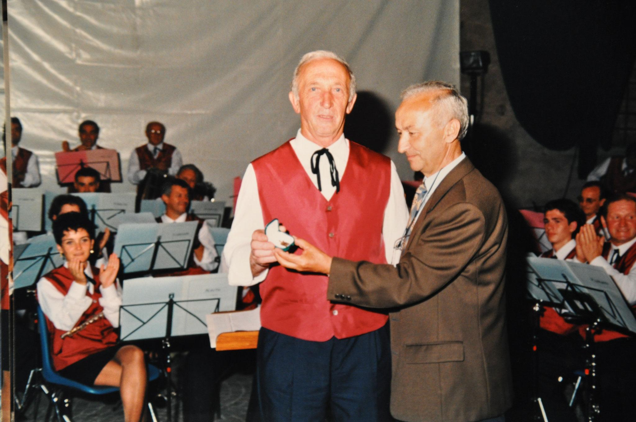 1997 Consegna targa ad Alfredo Tarolli