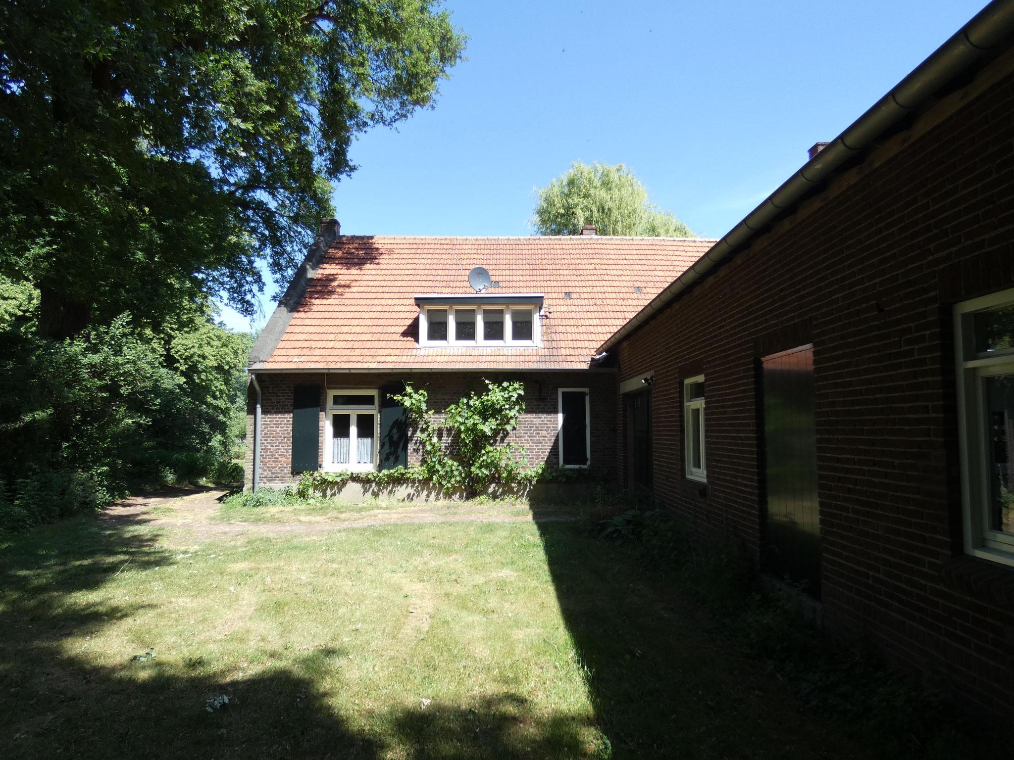 De zuidgevel van de boerderijvleugel van Stockxhof. Rechts de stalvleugel uit 1950.