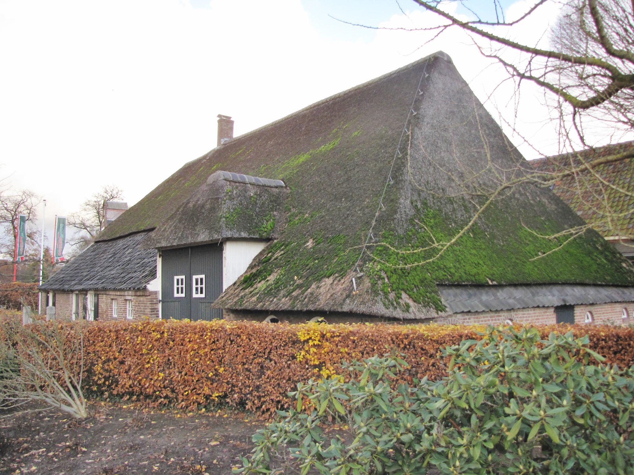 Het achterhuis uit 1810 met de rond 1875-1900 naar de langsgevel verplaatste bandeuren.