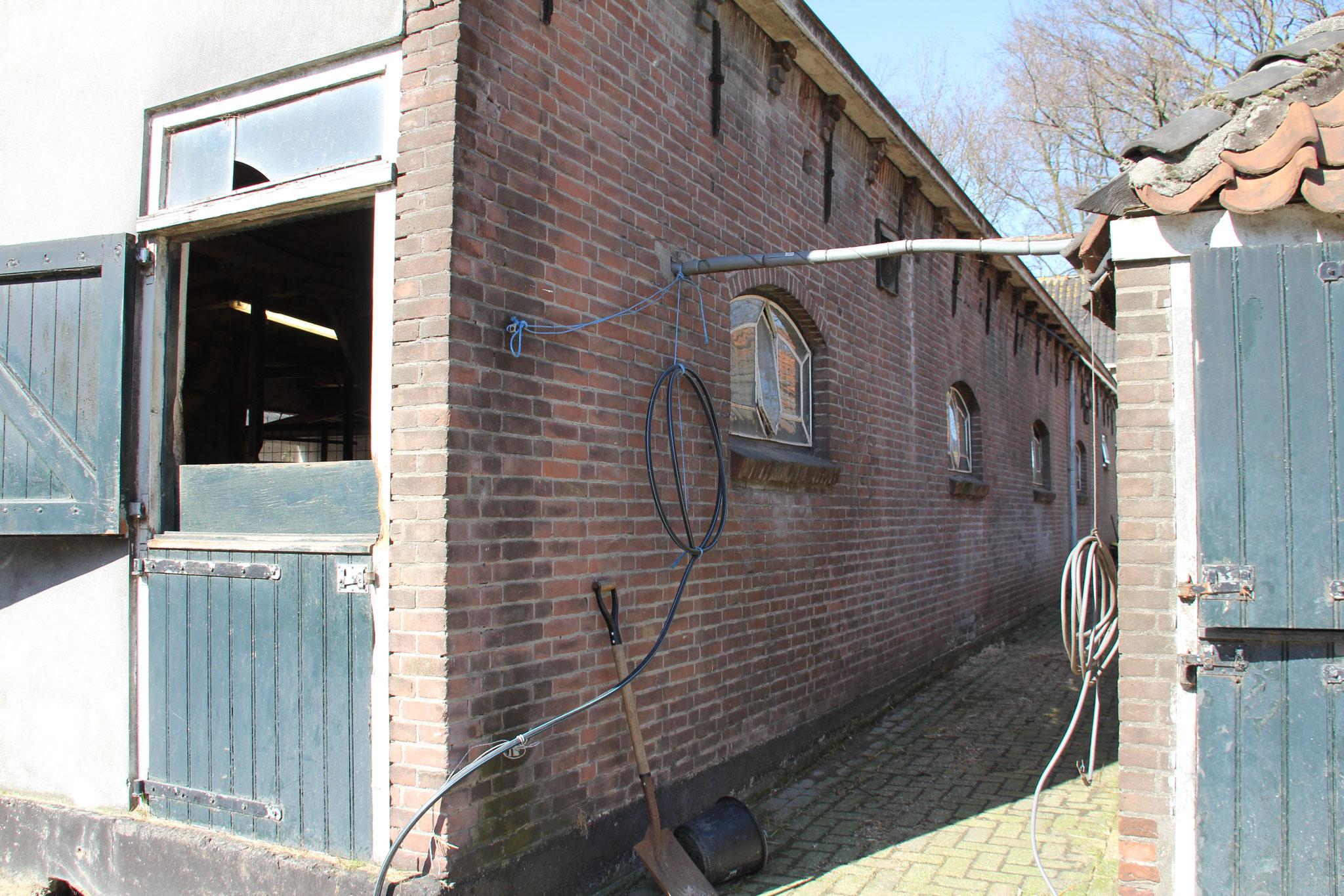 Zijgevel van het achterhuis, opnieuw gebouwd in 1950-1960 op betonfundering