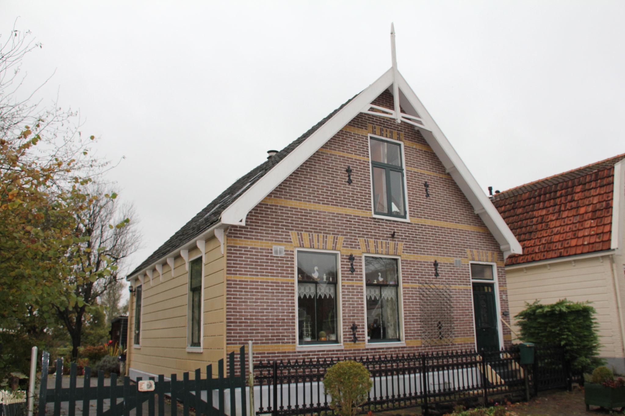 Laan 14, houten huis met bakstenen voorgevel.