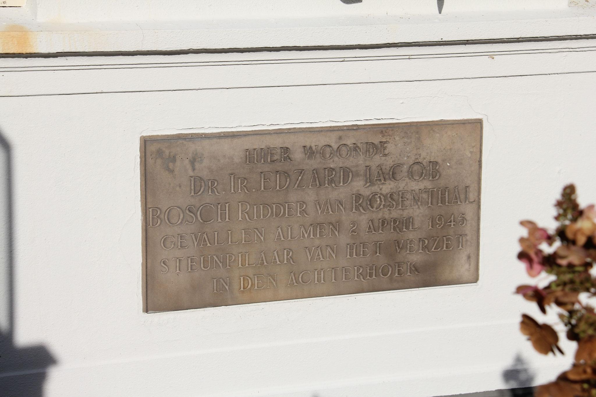 Gevelsteen rechts van de entree, ter ere van bewoner van Den Dam en verzetsstrijder Edzard Jacob Bosch ridder van Rozenthal.