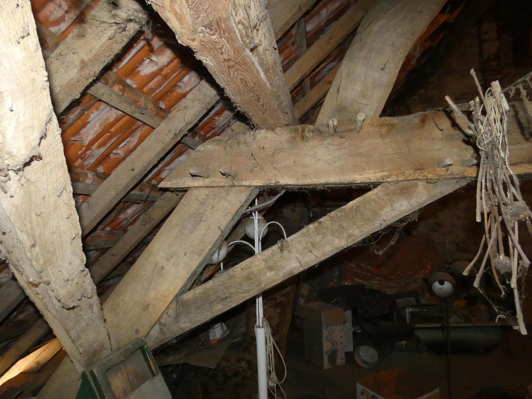 Detail van de eikenhouten kap. De gordingen zijn in de loop van de tijd vervangen door grenenhouten exemplaren.