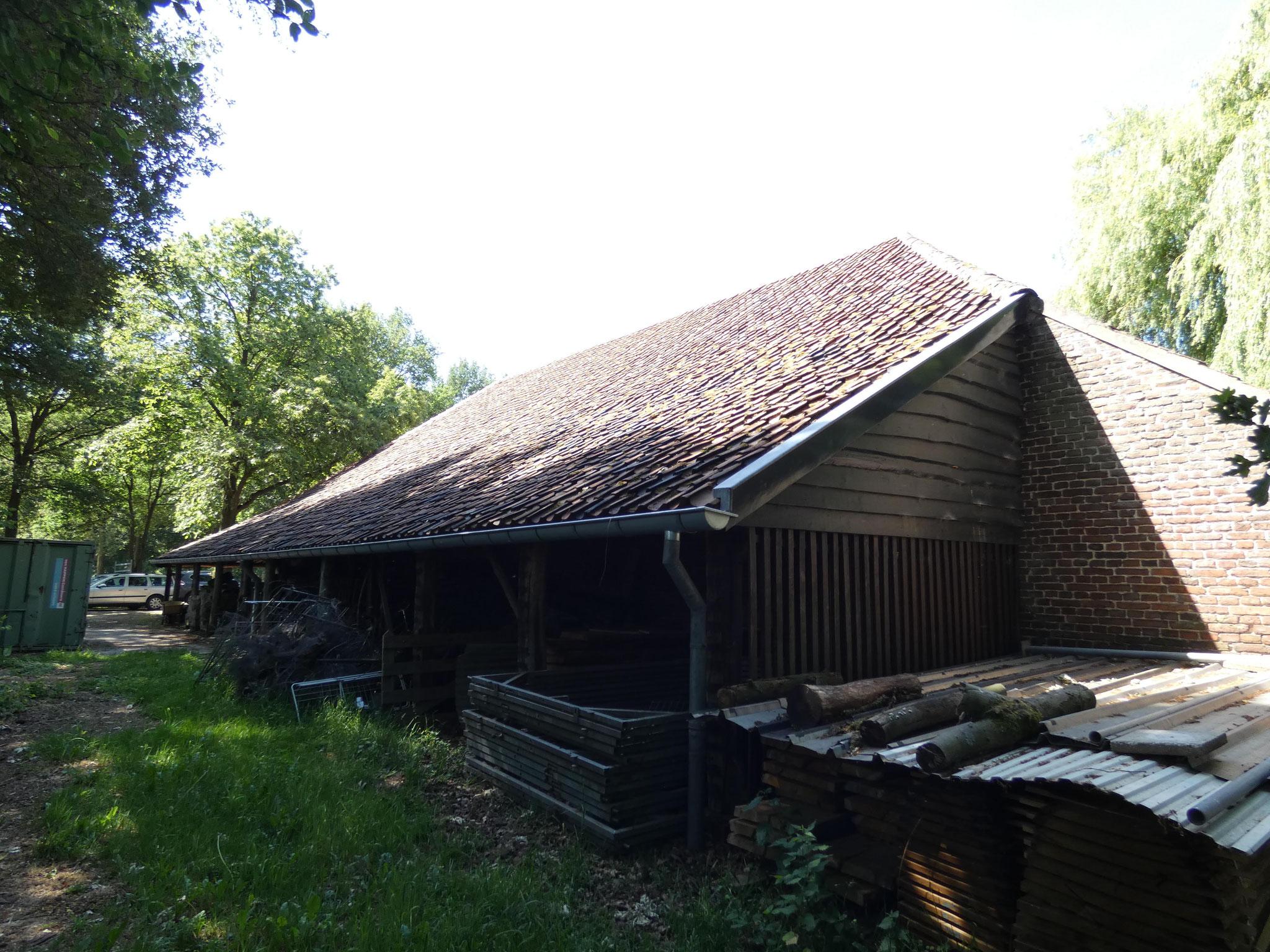 De oostgevel van de negentiende-eeuwse schuur. De open schuur is later toegevoegd.