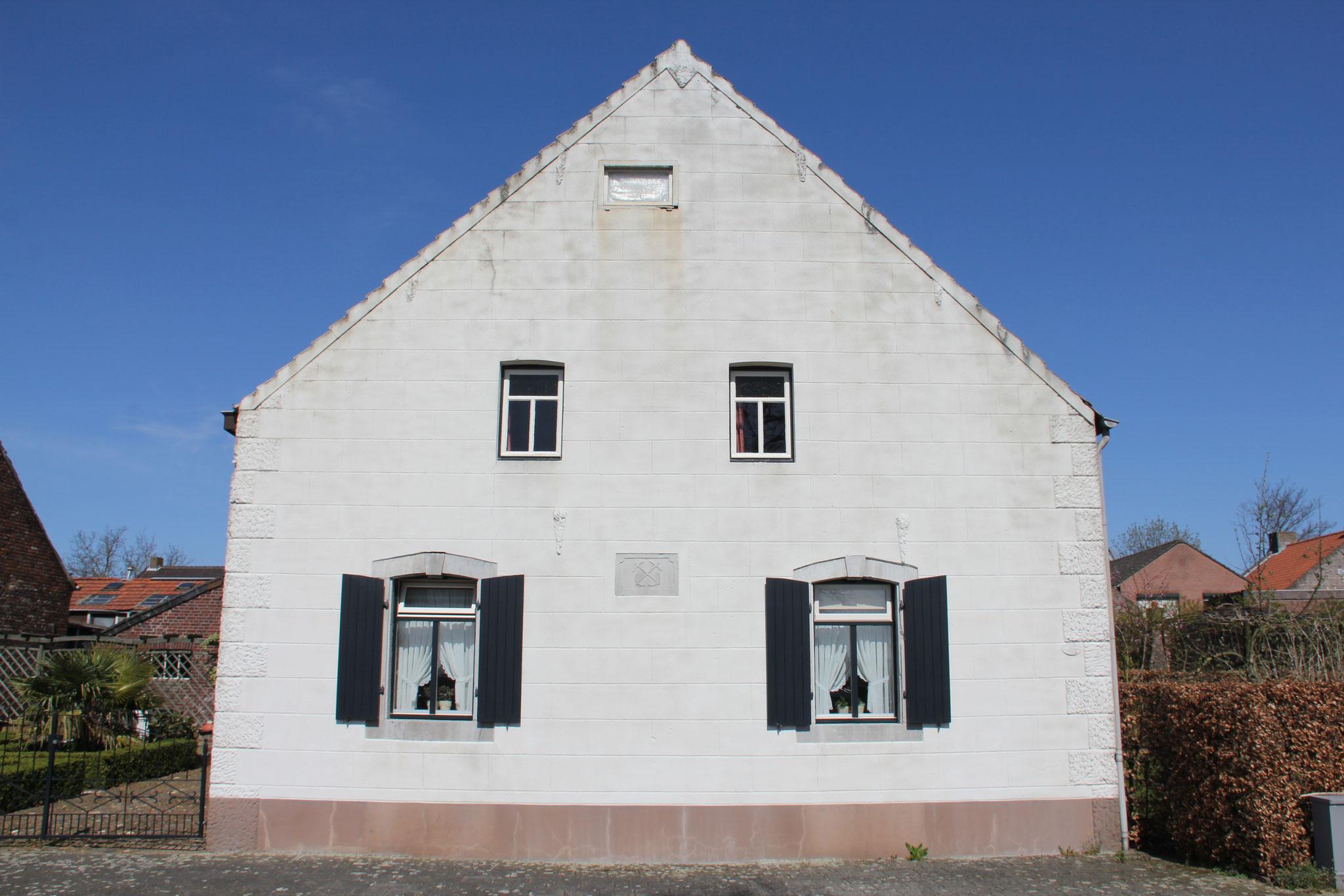 Voorgevel voorhuis, met uitzicht op de Maas.