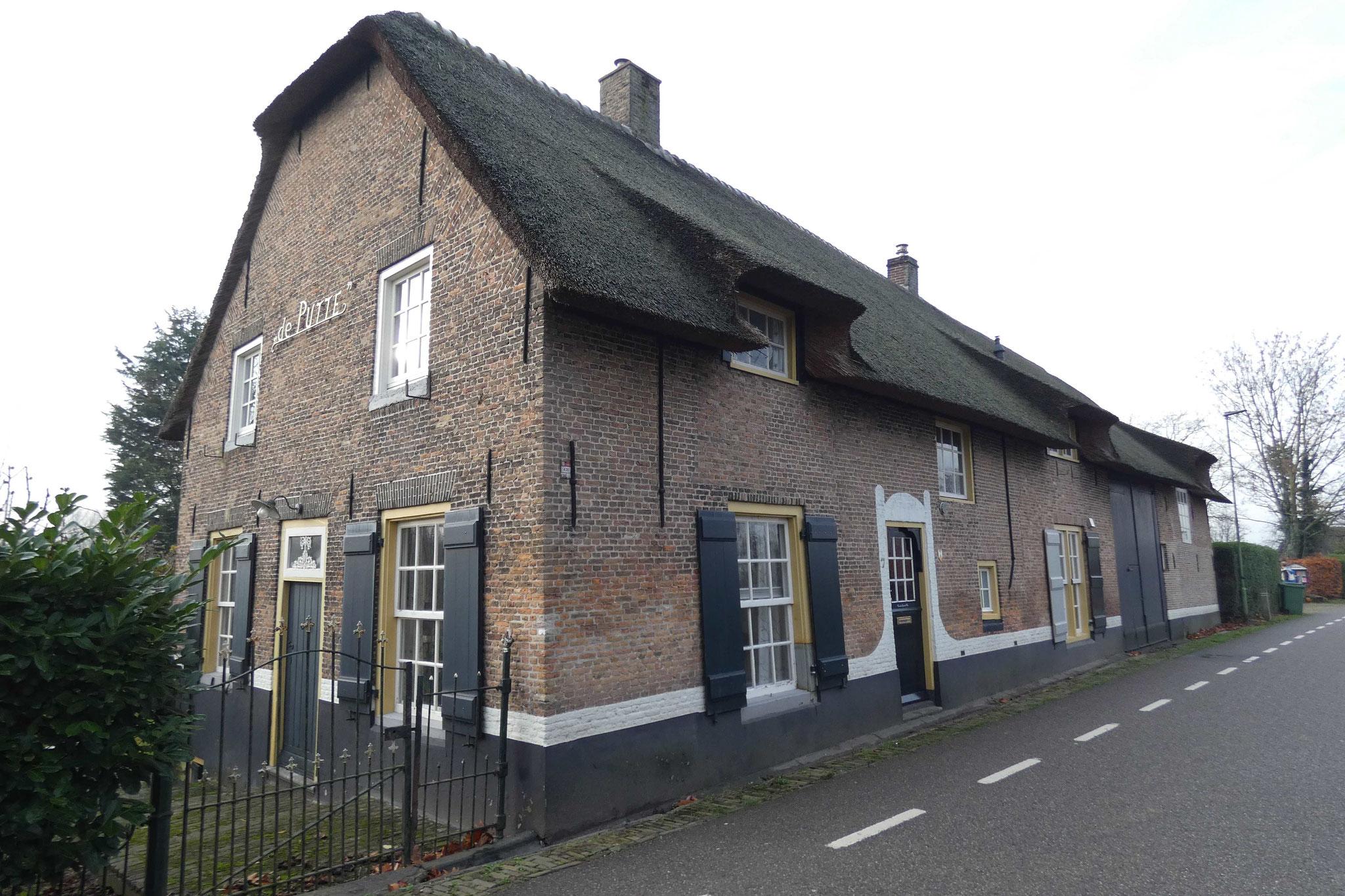 Boerderij Dussendijk 7 te Dussen. De entree van het voorhuis in de langsgevel is, evenals Vlaamse gevels onder opgewelfd rietdak, in de jaren zestig toegevoegd.