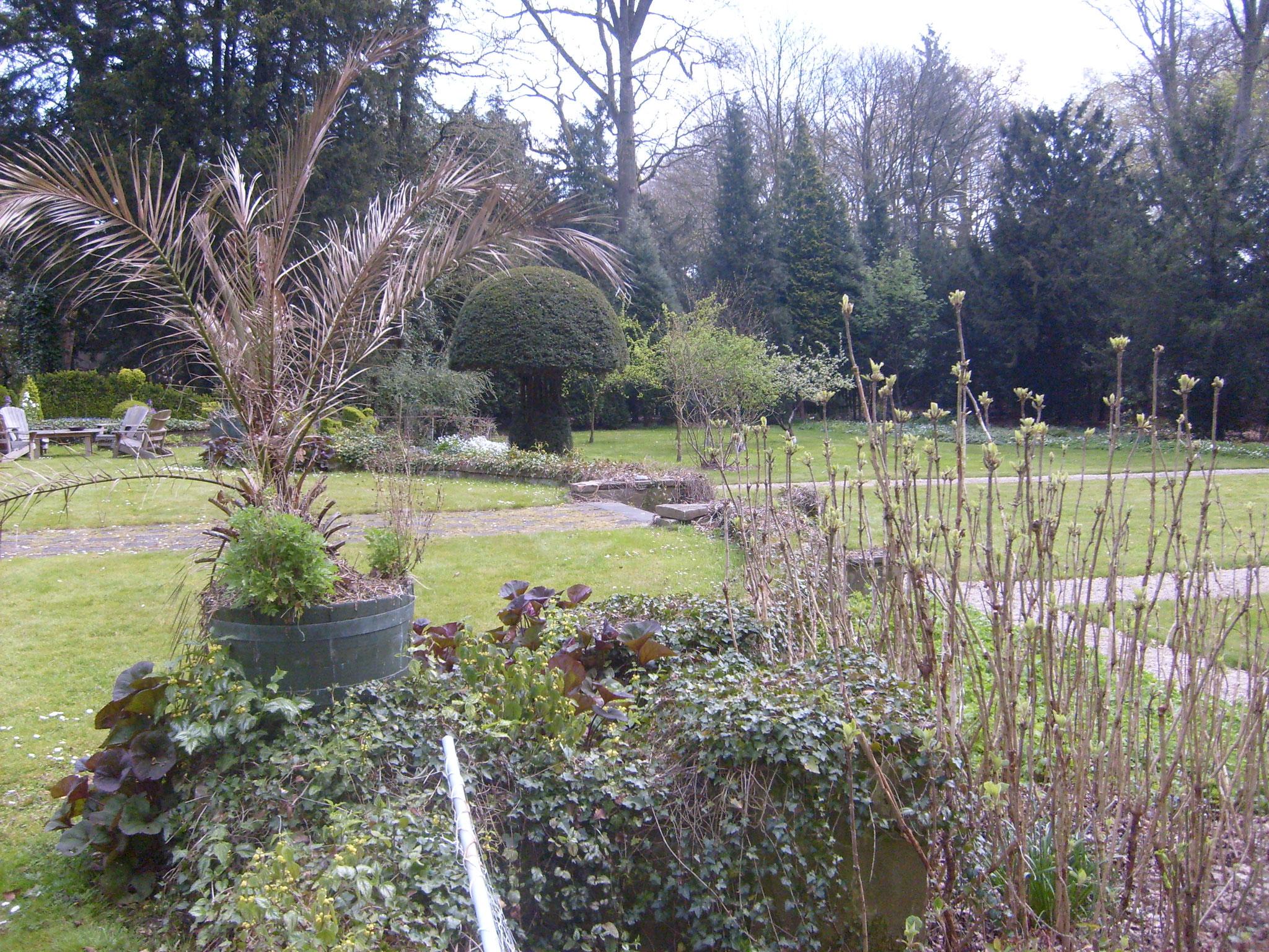 De bakstenen overgang van de plint naar de lage tuin, een relict van de aanleg van Tersteeg.