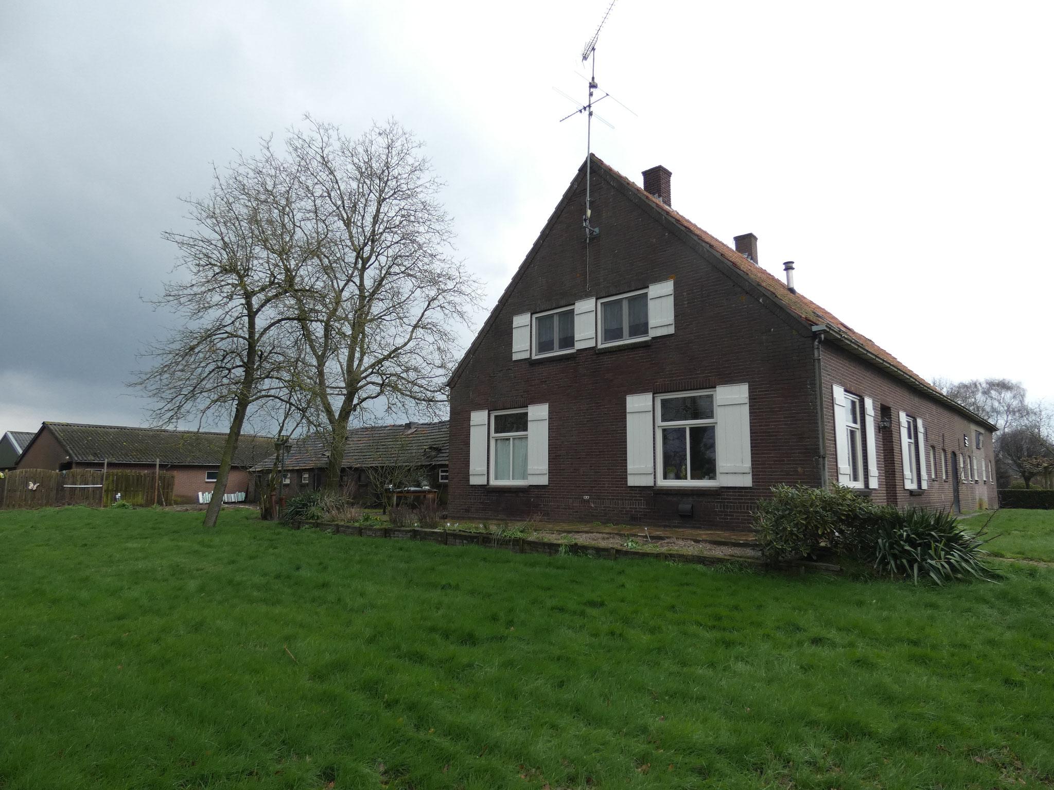 Laar 27 heeft enkele elementen die kenmerkend zijn voor de jaren dertig, zoals de liggende vensters en het Vlaams metselverband.