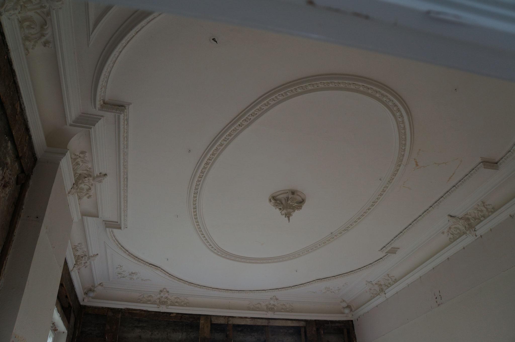 Onder verlaagd plafond aangetroffen rijk gedecoreerd stucplafond