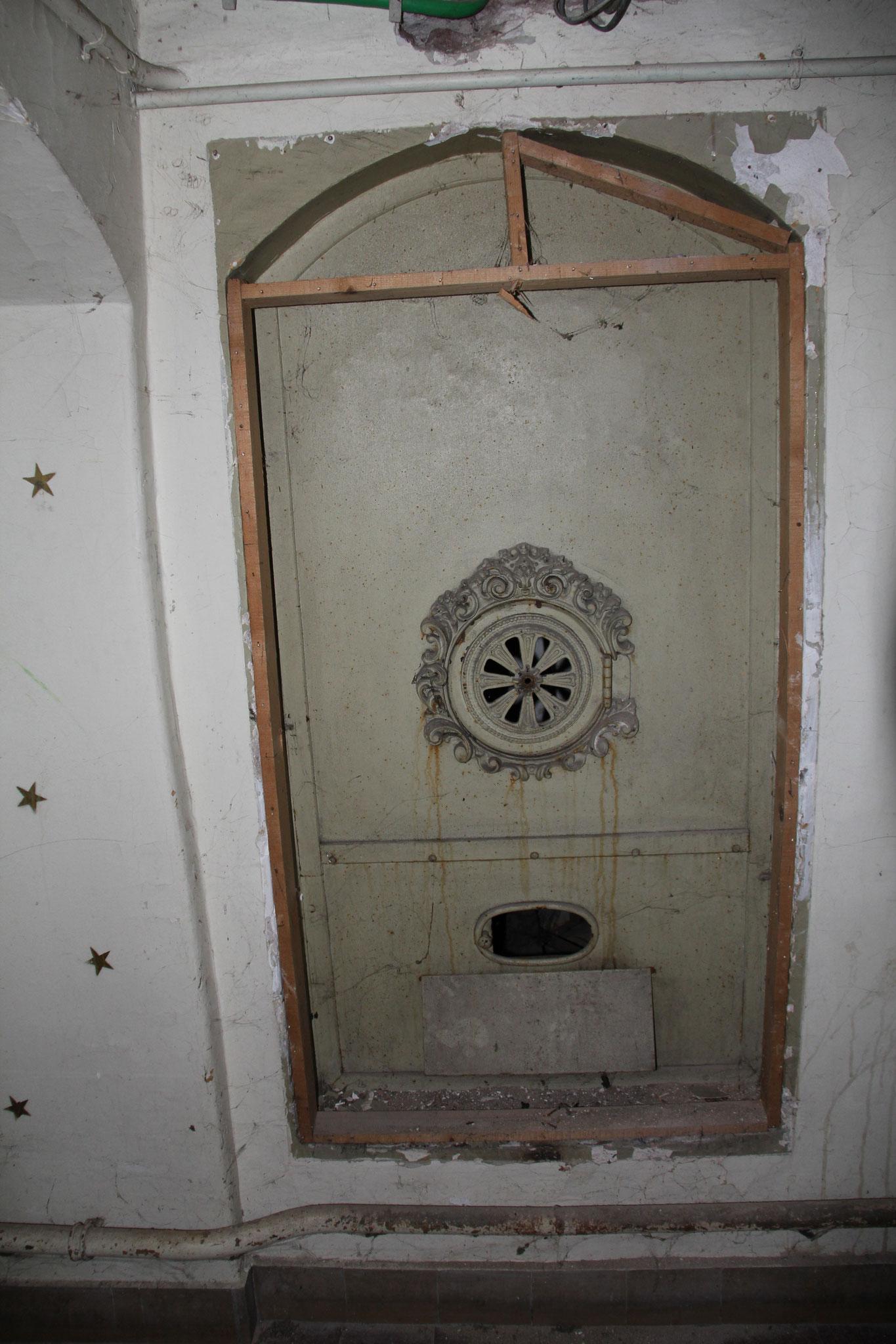 In de kelder aangetroffen deur van de stookkelder.