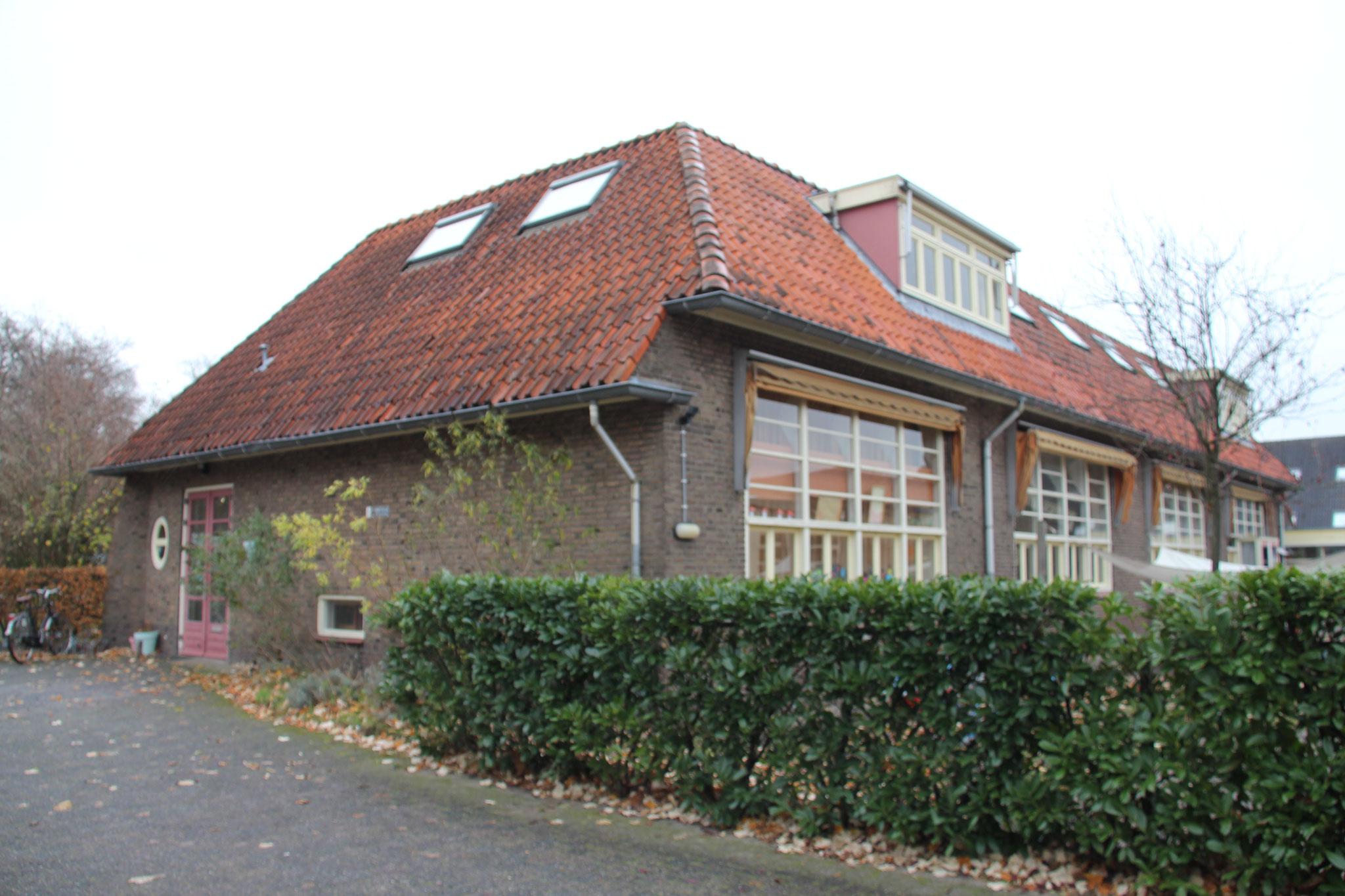 Zuidwest gevel met grote vensters van schoollokalen