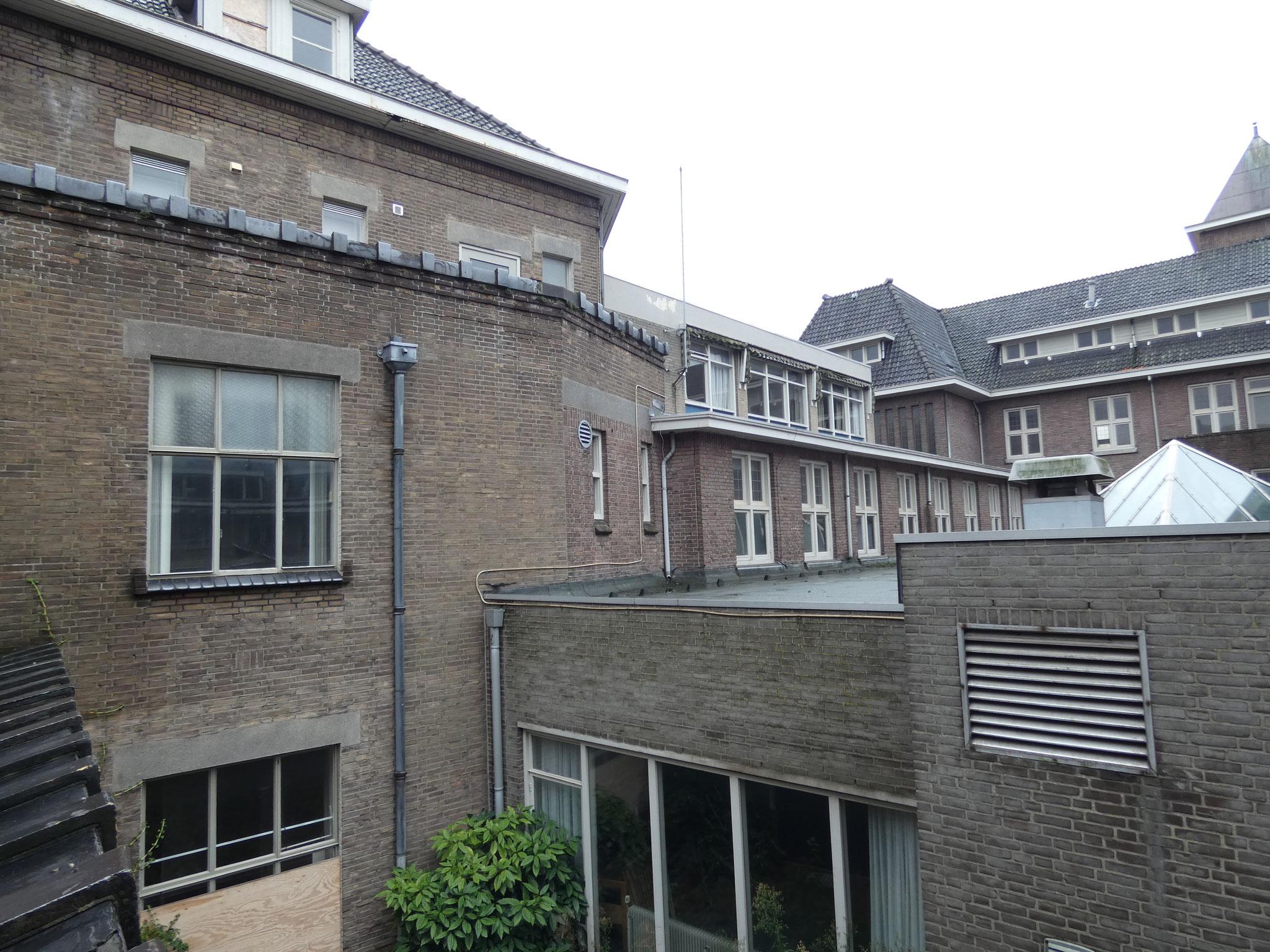 Hoofdgebouw, gezien vanaf het zusterhuis, met tussen de volumes latere toevoegingen.