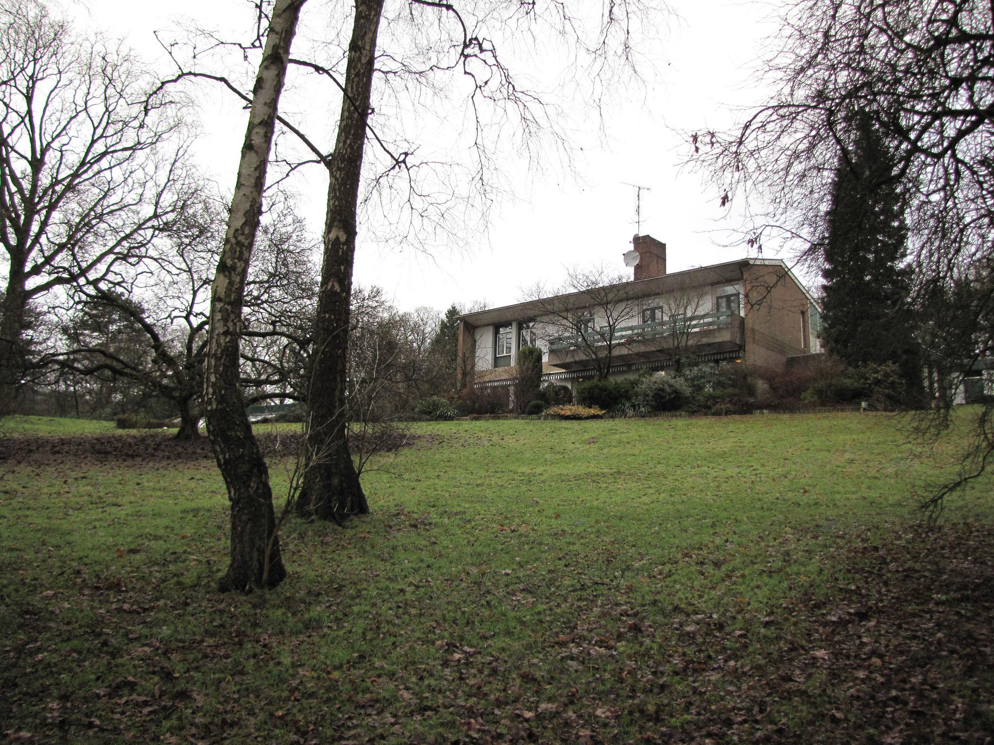 Landhuis, gezien vanaf een laag punt in de tuin.