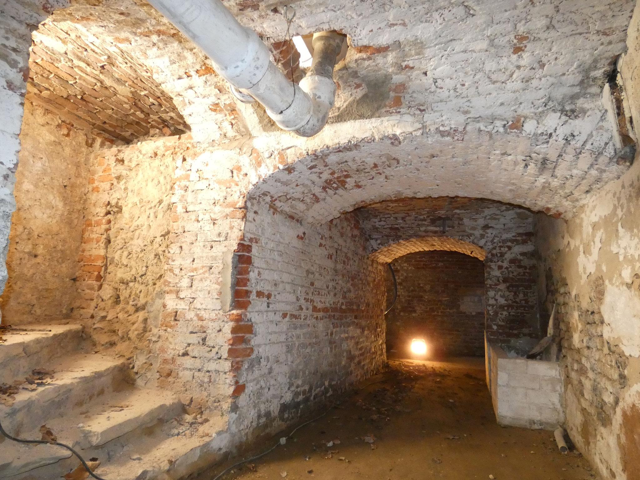 Kelder onder de westvleugel met herondekte trap.