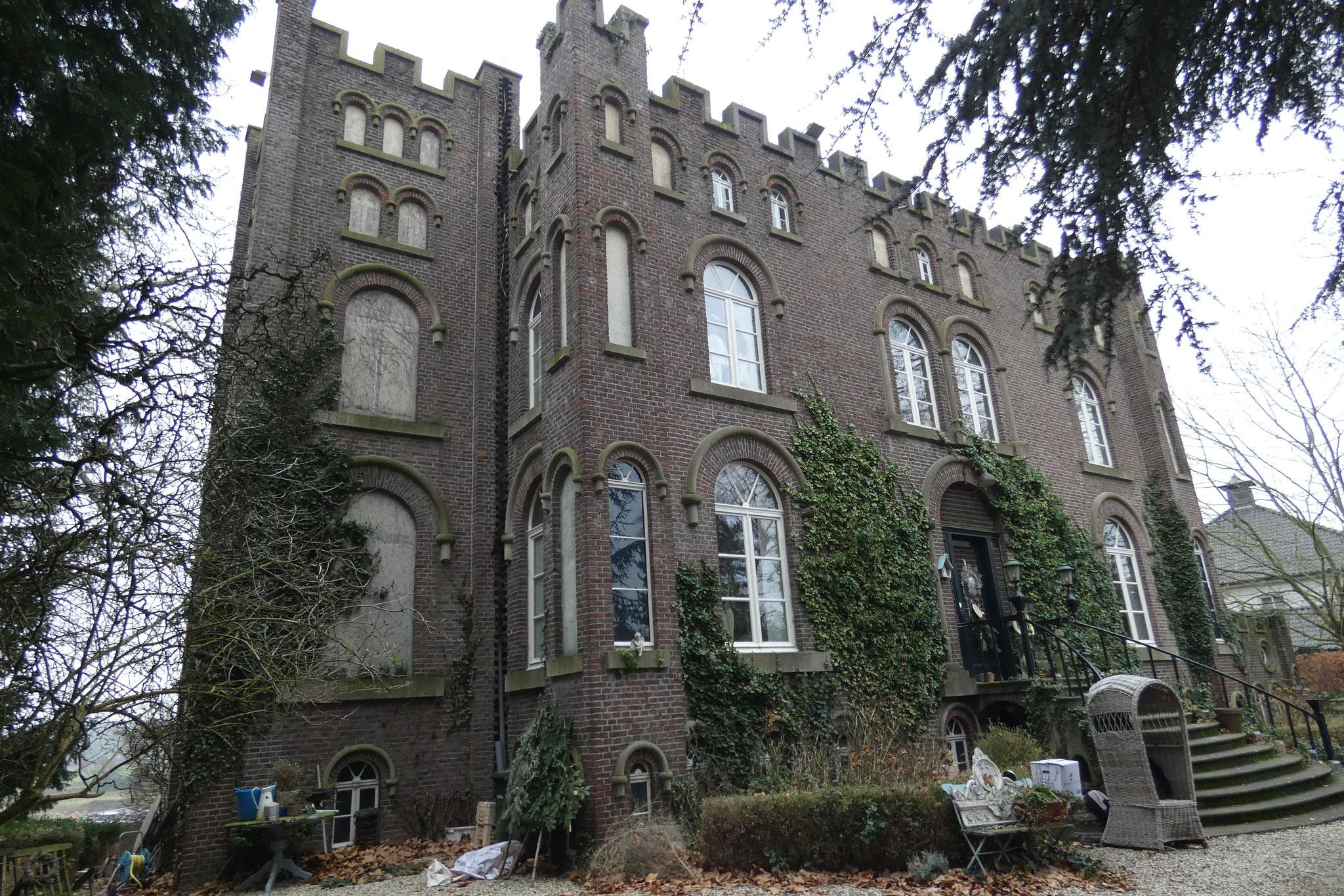 De voorzijde van het huis, met links de hoge toren.
