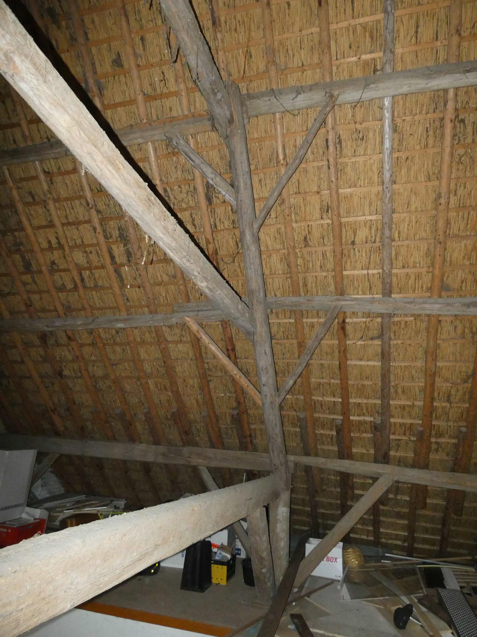 Detail van de gebintconstructie. Aan de zuidzijde is de gebintbalk als ankerbalk door de gebintstijl gestoken.