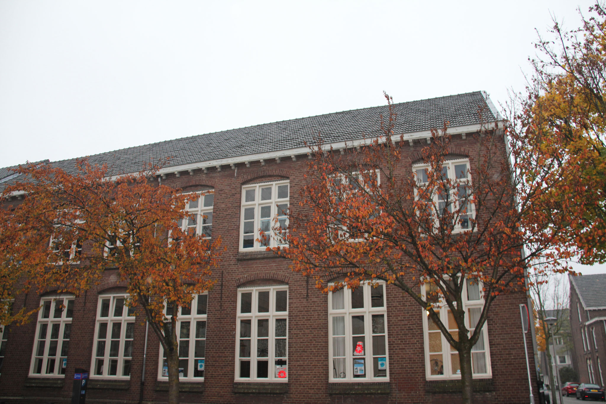 De oorspronkelijke noodkerk uit 1917, in 1928 verbouwd tot school.