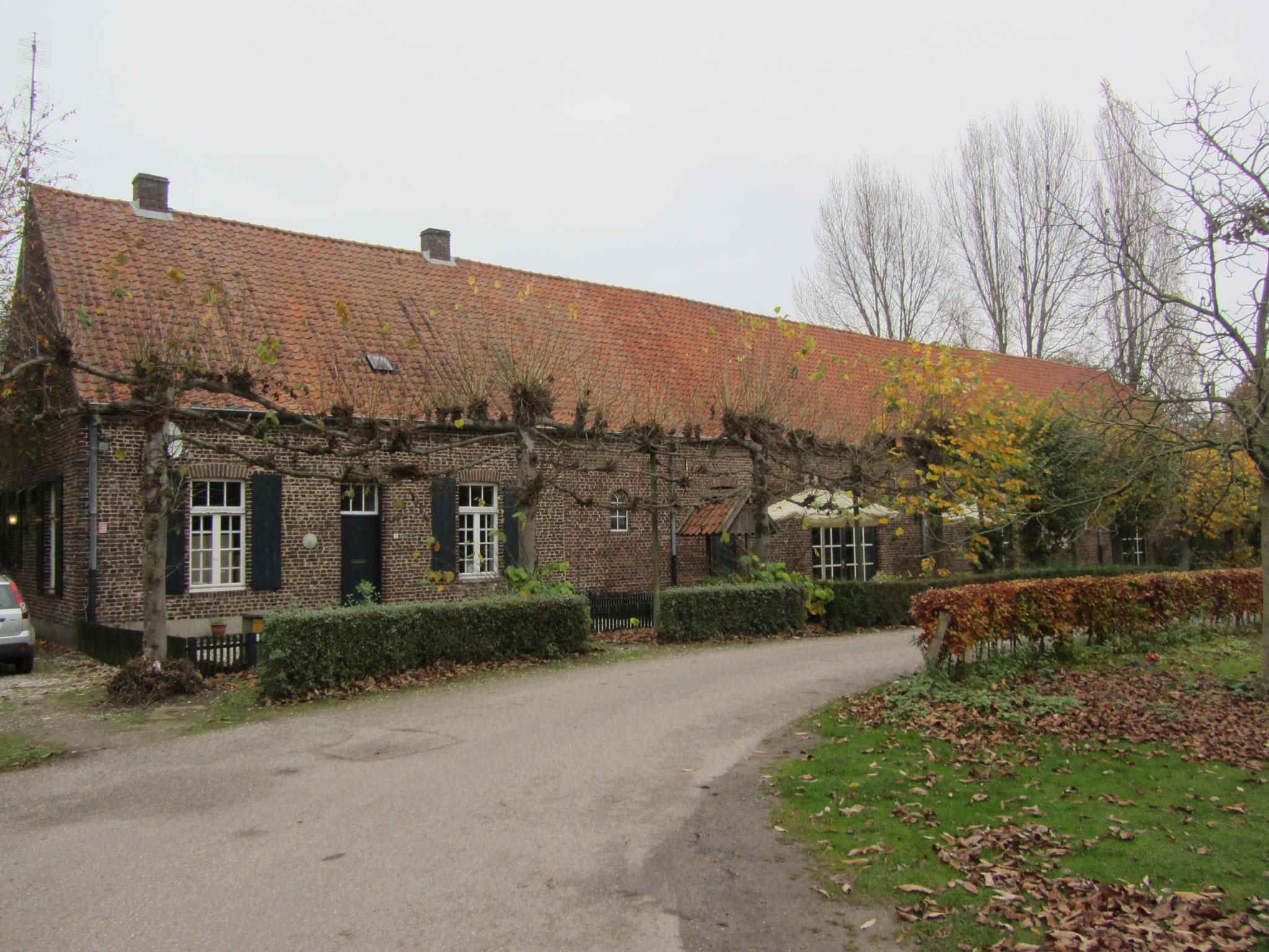 Zuidgevel van de schuur uit 1744 en voorhuis uit 1920
