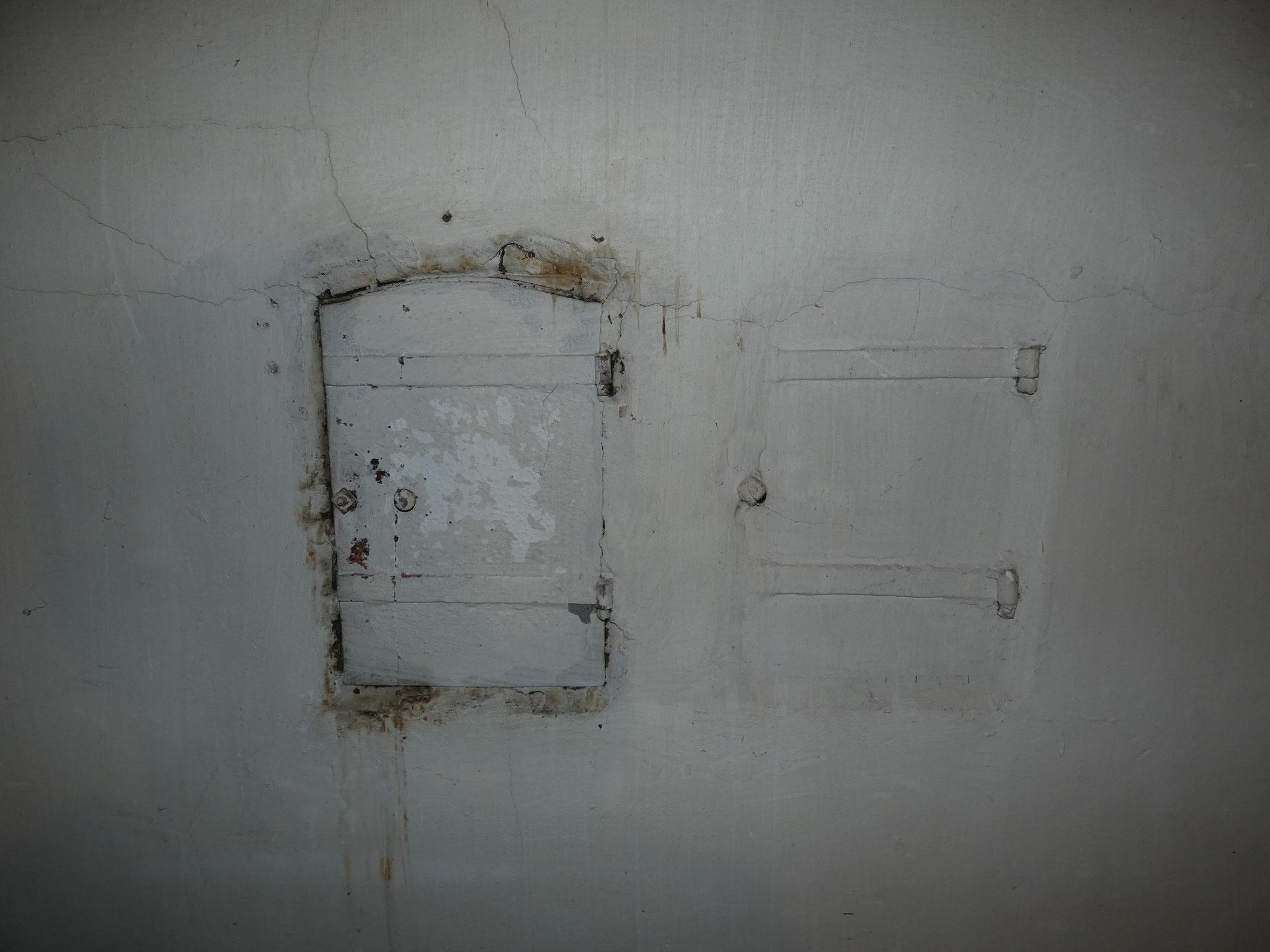 Enkele van de vele luiken op de zolderverdieping, die deel uitmaken van de luchtverwarming.