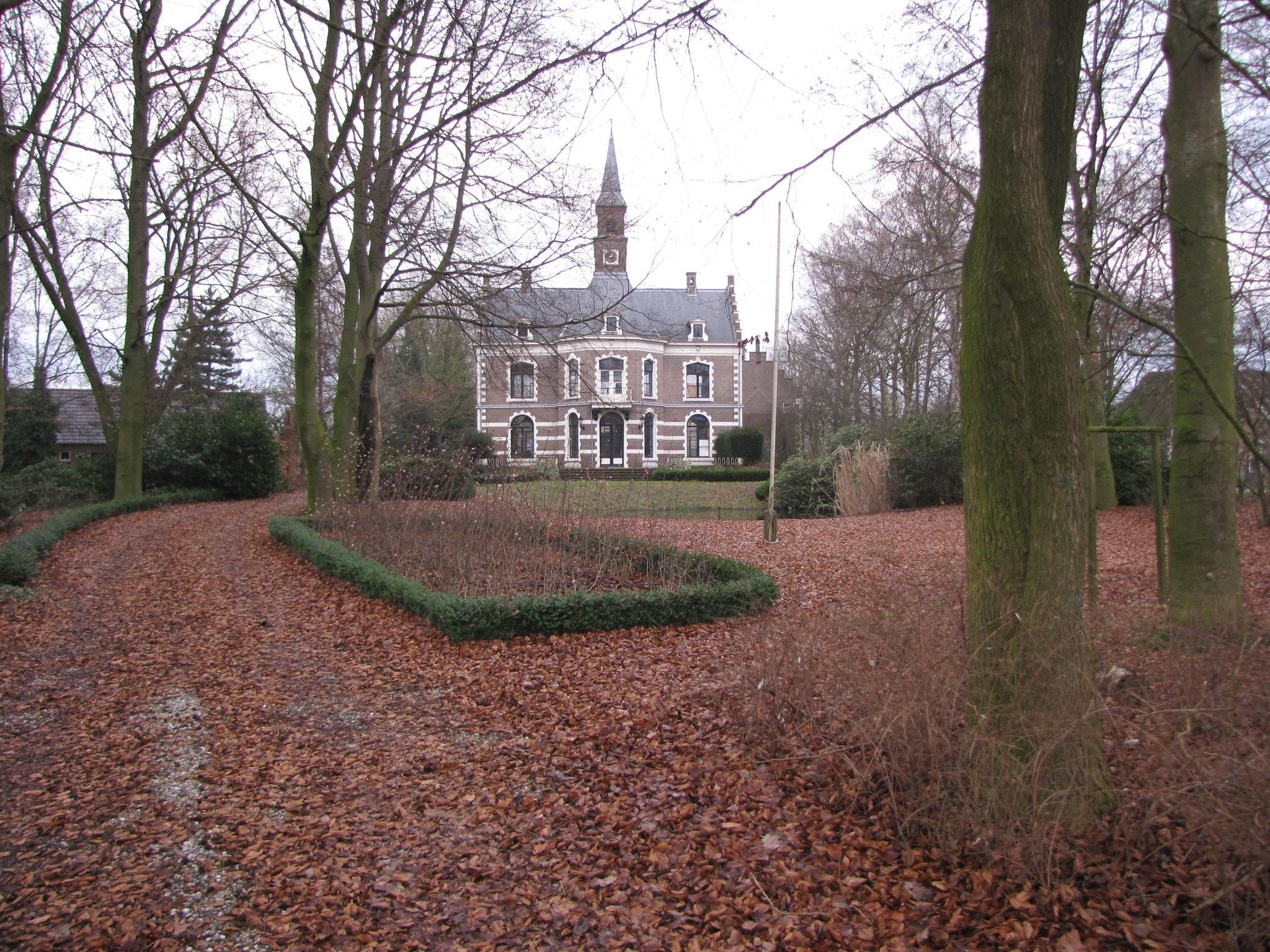 Bruinhorst gezien vanaf de oprit.