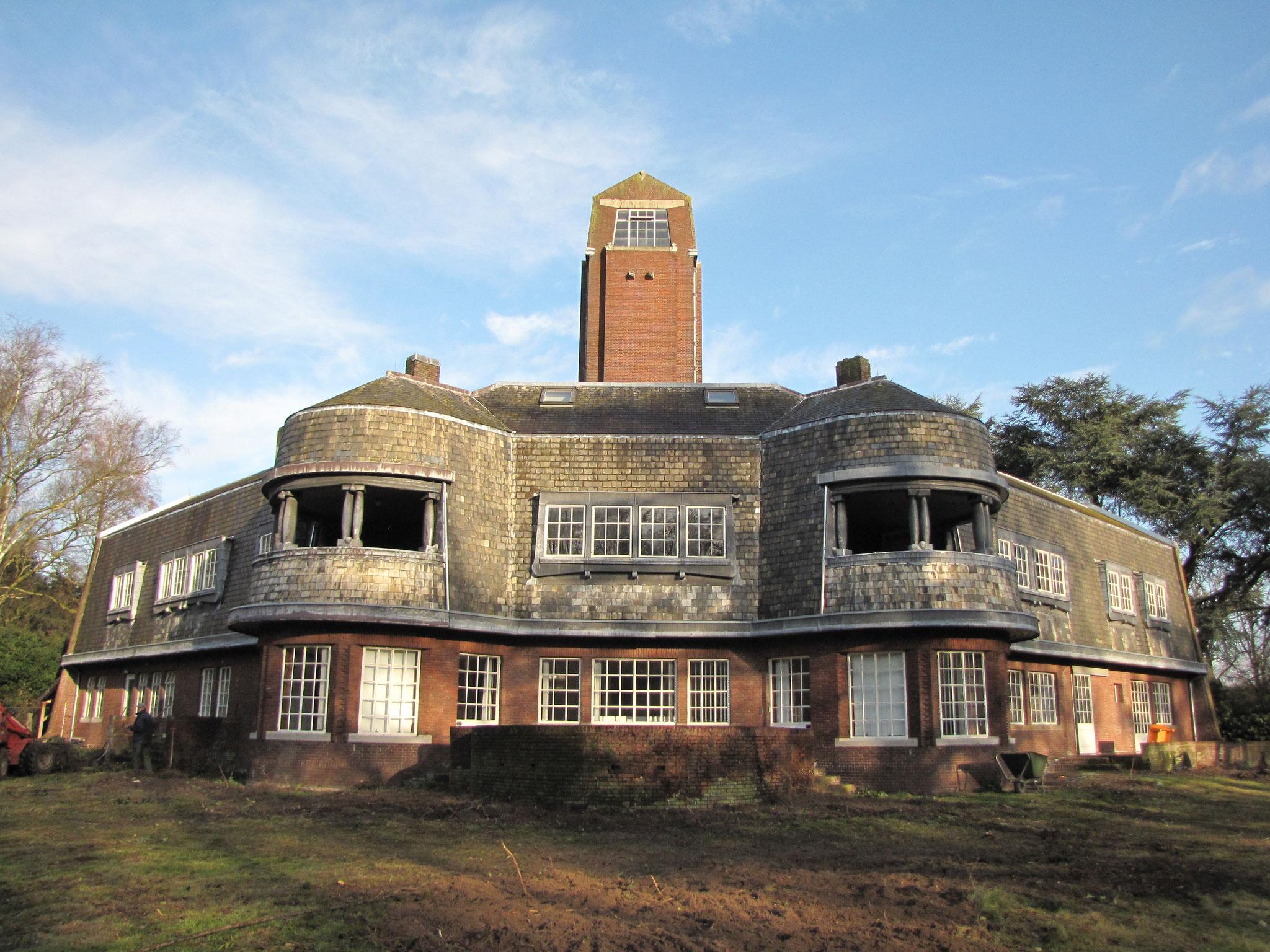 Tuinzijde van Villa Carp, met de karakteristieke erkers en loggia's.