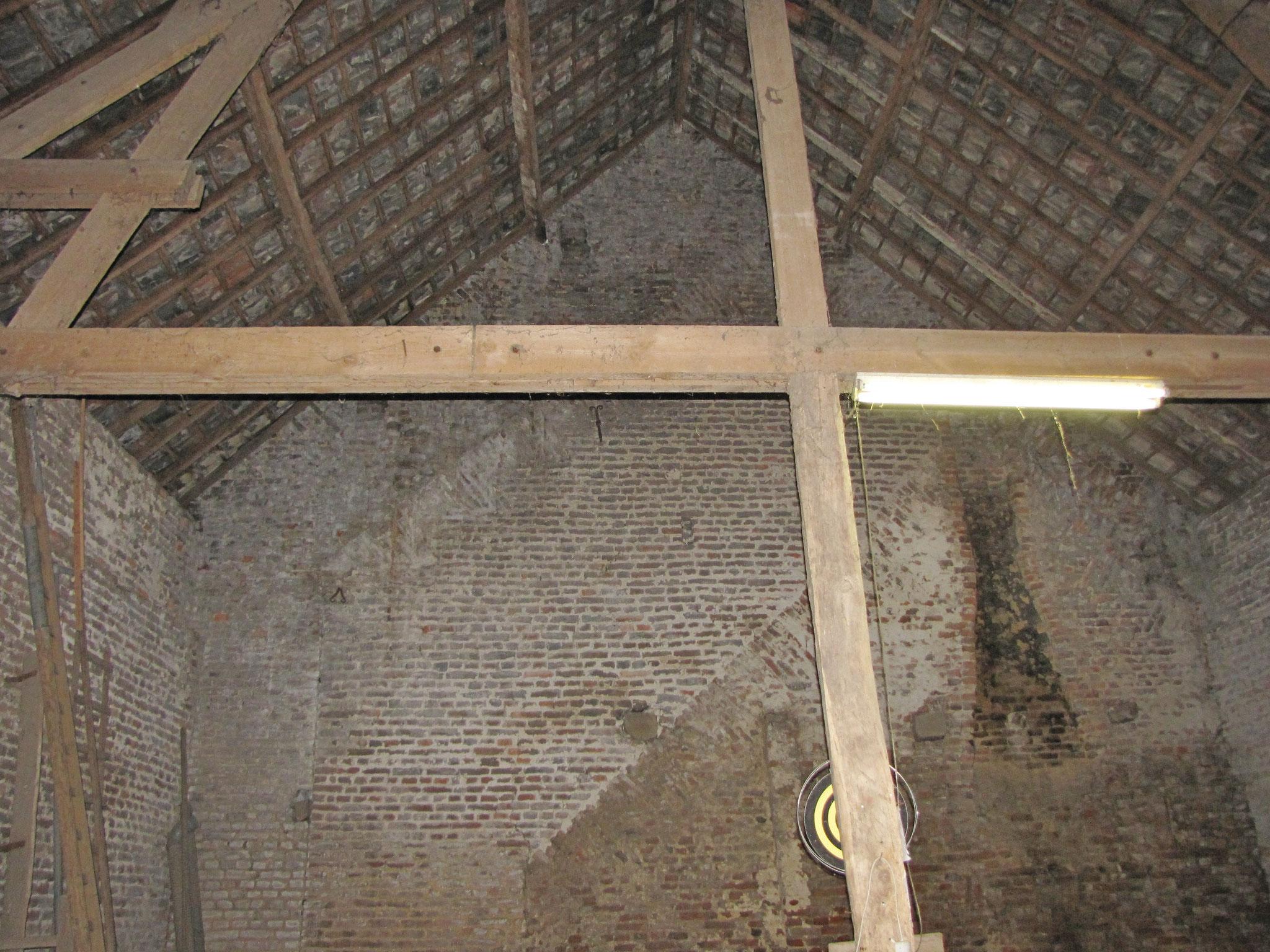 Drie bouwfasen, duidelijk herkenbaar aan de voormalige dakbelijningen en rookkanaal.