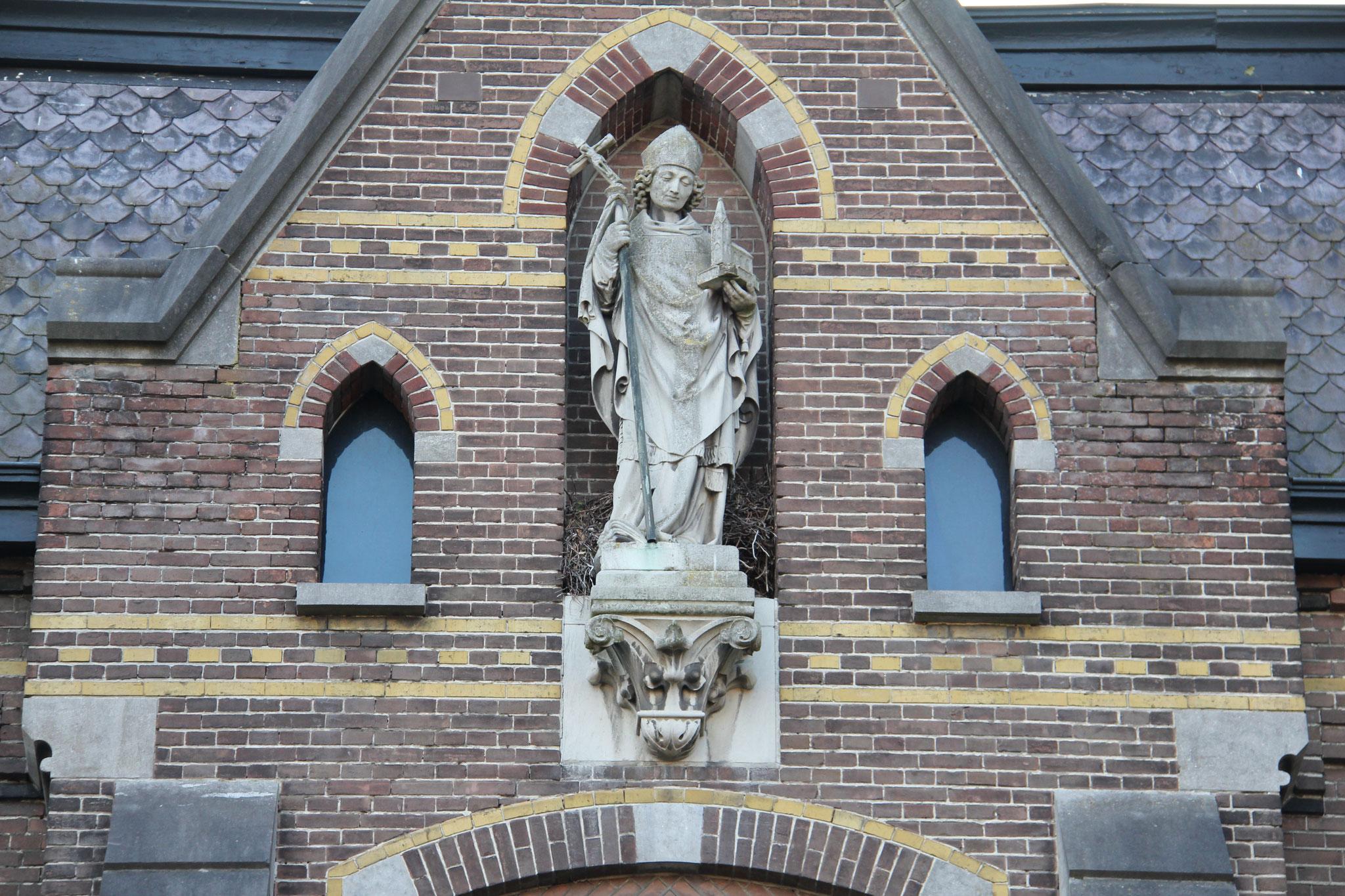 St. Willibrordus, geplaatst boven de entreepartij.
