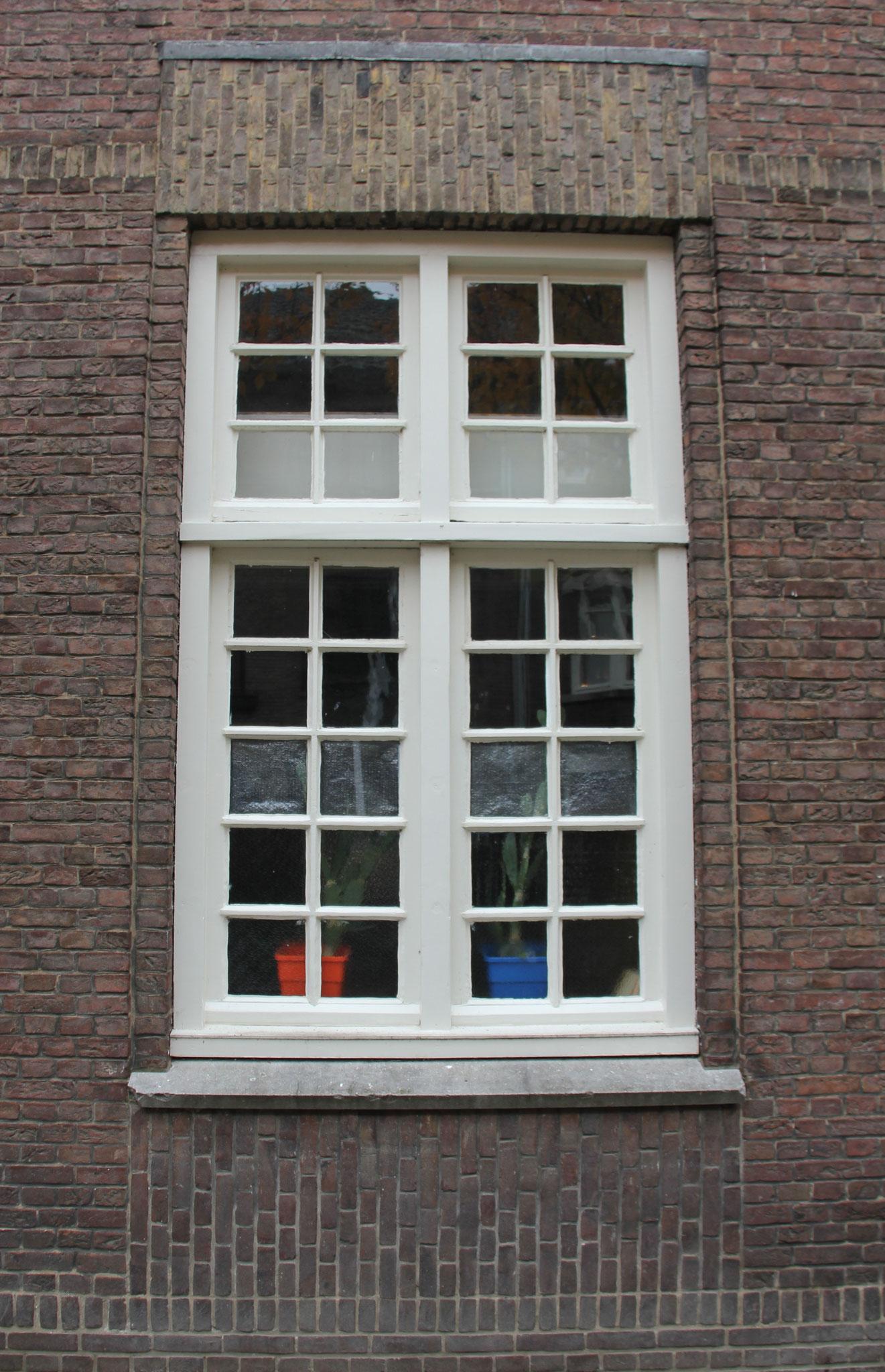 Zowel van de bouw uit 1917 als 1928 zij de authentieke vensters behouden.