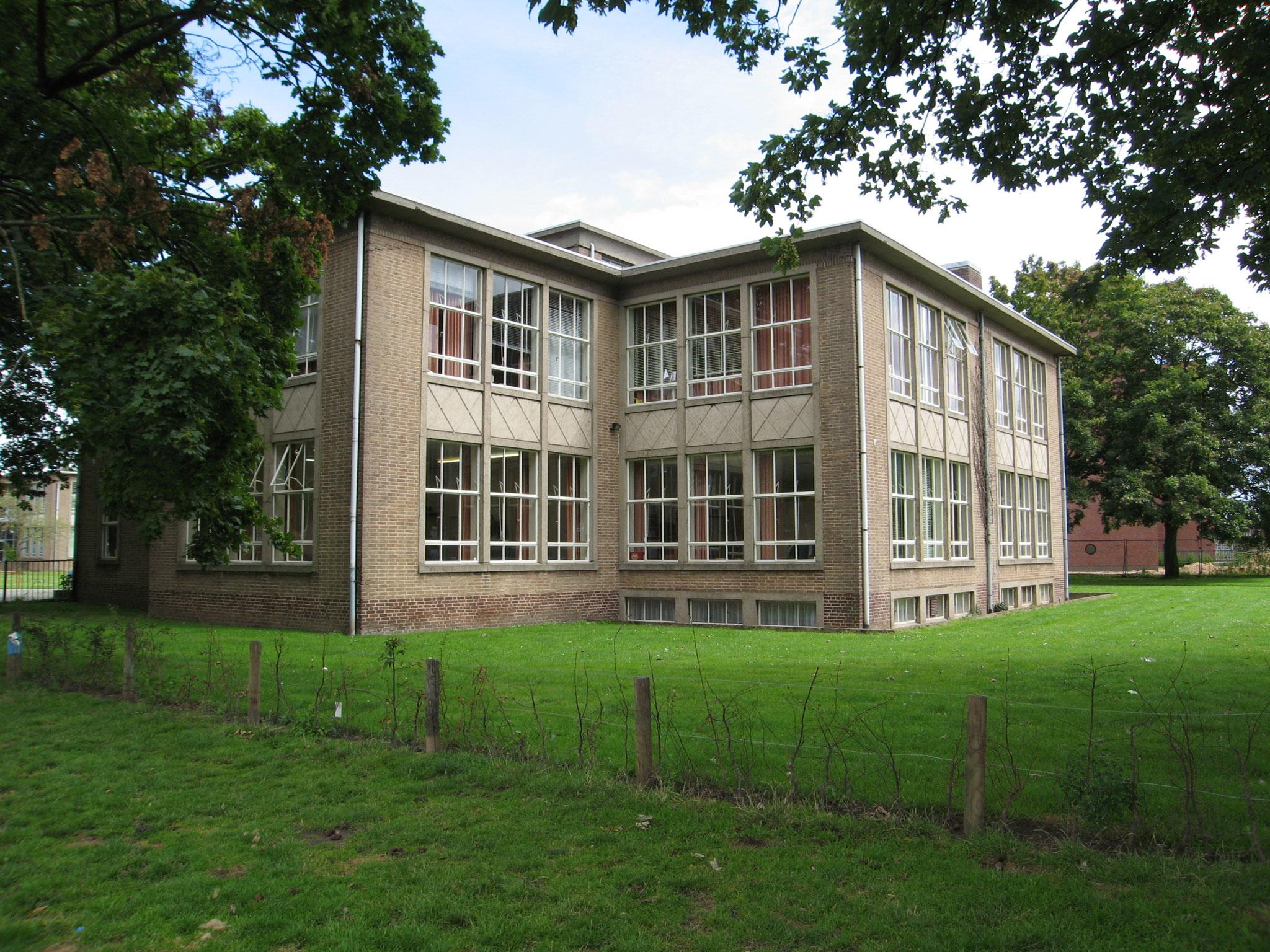 Schoolgebouw uit de wederopbouwperiode aan de Javastraat.
