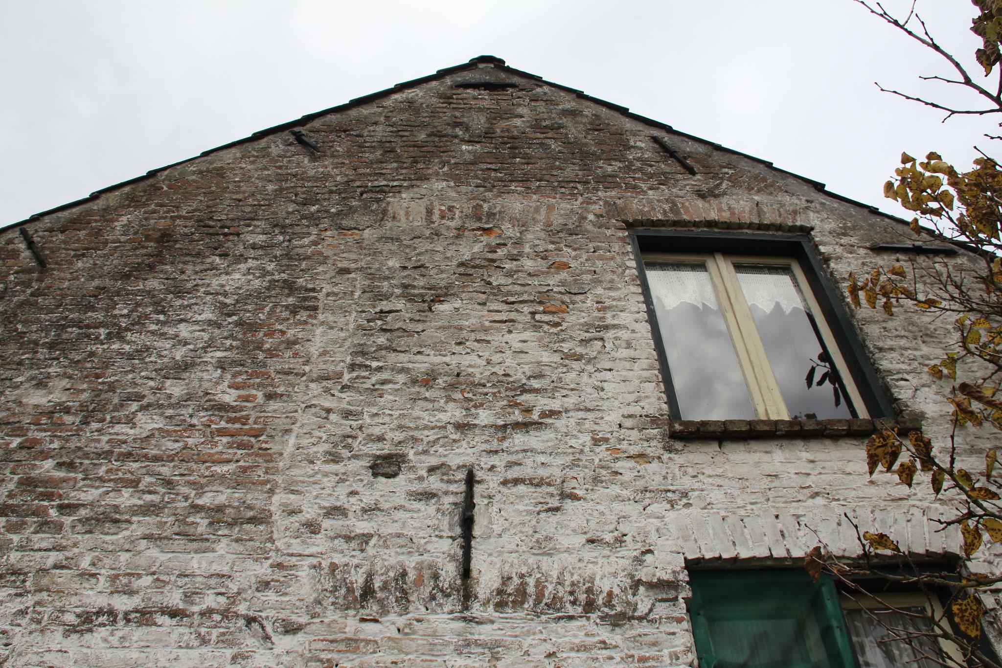 De hamenkammen in de zijgevel zijn sporen van de oorspronkelijke gevelopzet van de spieker.