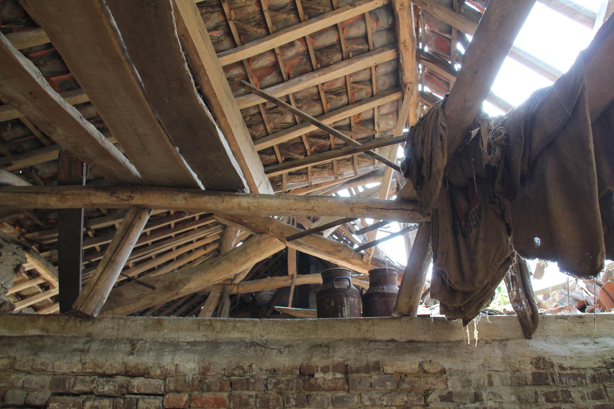 Ingezakt dak boven de stal