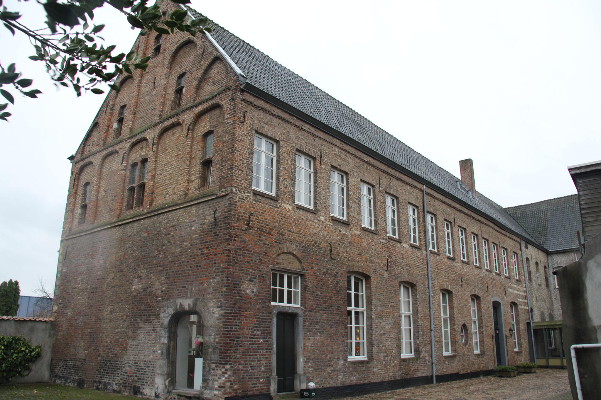 De noordgevel van het zuidoostelijke volumes. De vensters op de begane grond zijn in de 19e eeuw aangepast.