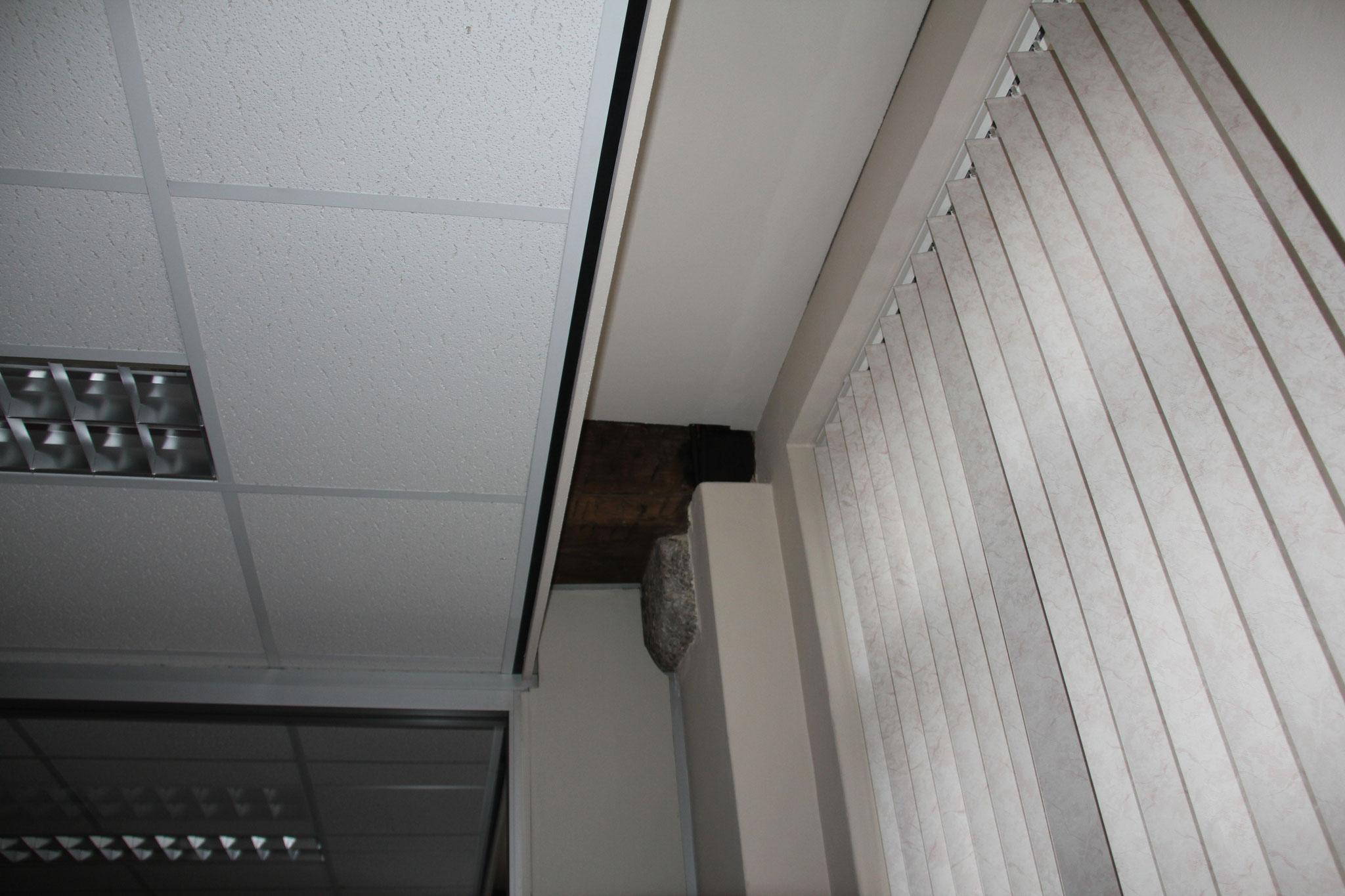 Eiken moerbalk op hardstenen console op de verdieping van de zuidoostelijke vleugel.