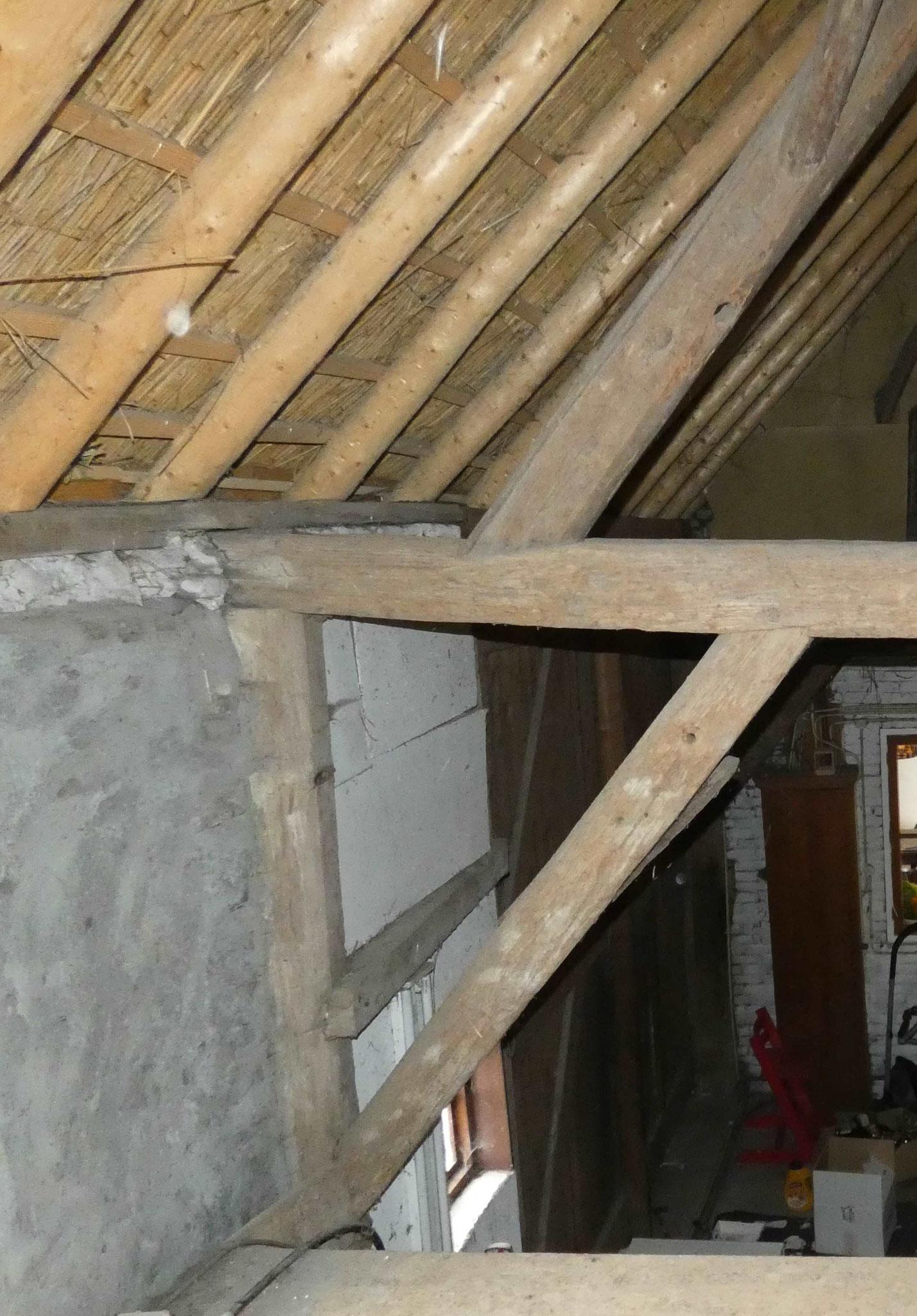 Detail van de gebintconstructie. Aan de noordzijde is de gebintbalk als dekbalk op de stijl gelegd.