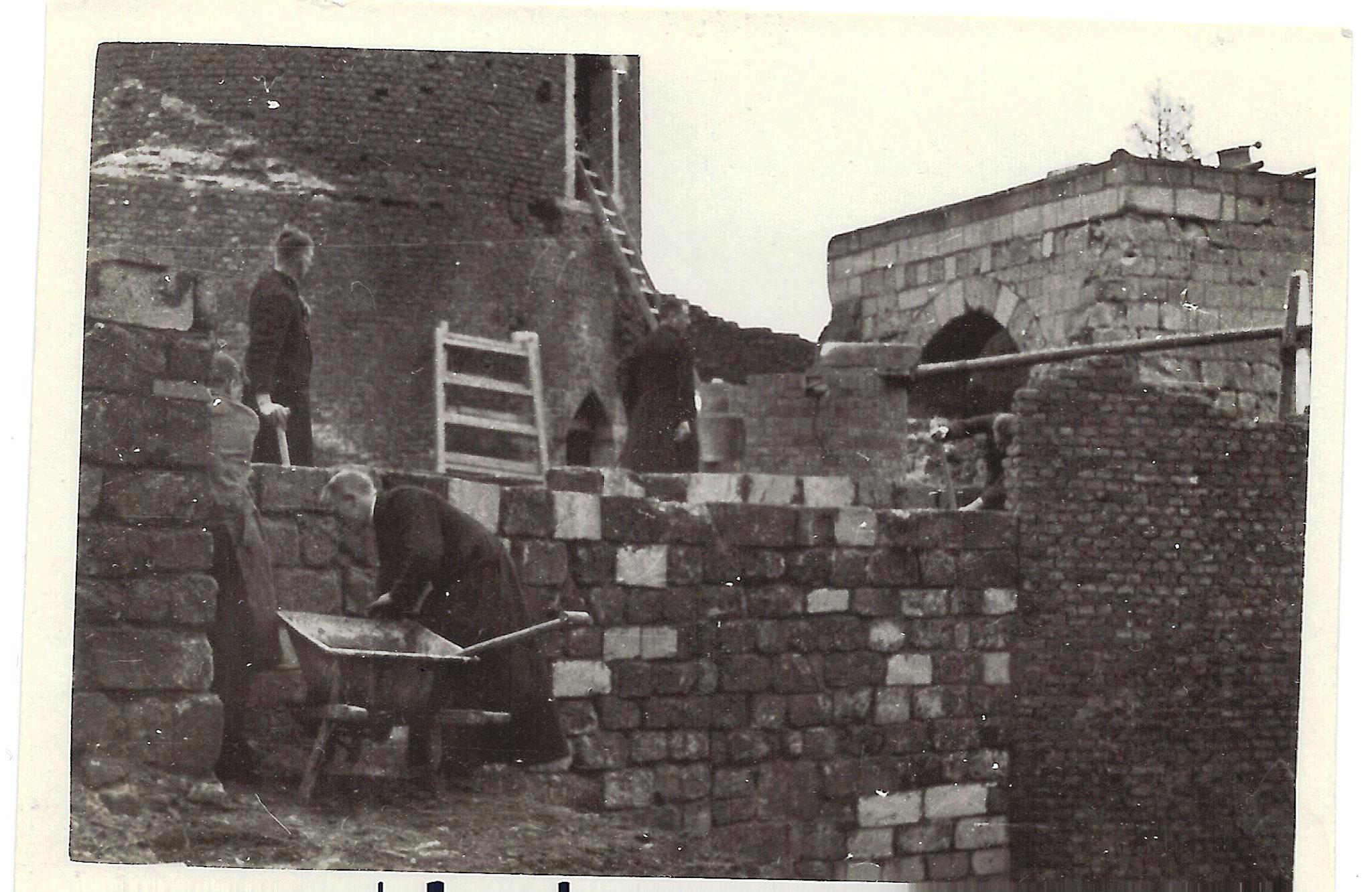 Paters aan het werk aan de barbacane, 1938 (bron: archief Stichting Erfgoed Stein).