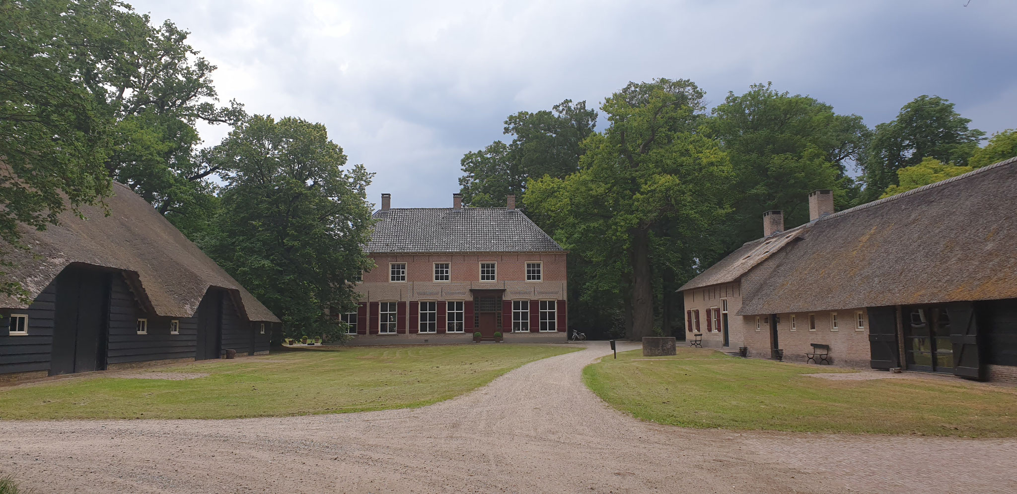 Ensemble van landhuis, schuur en boerderij. Het landhuis is het jongste volume.