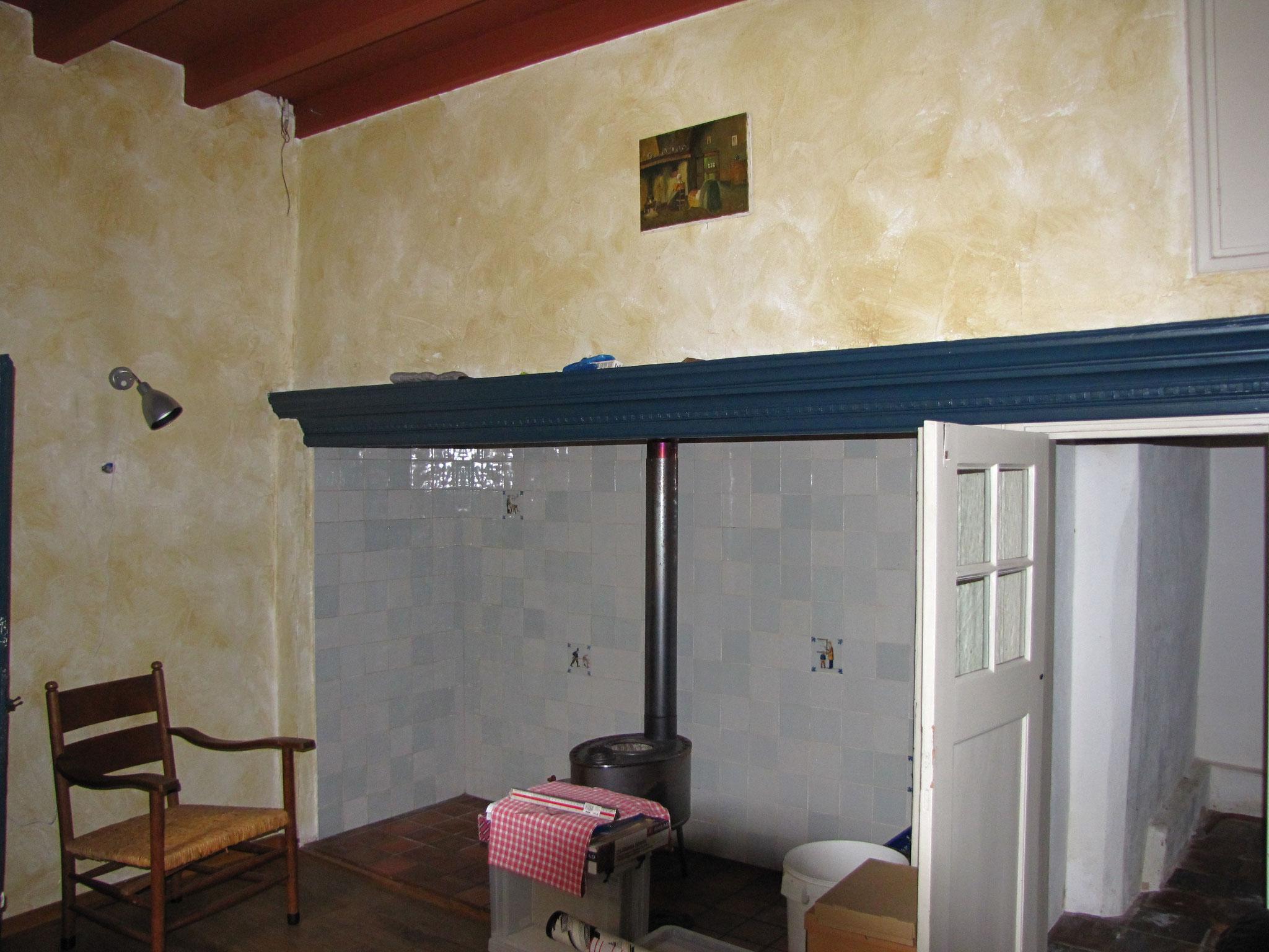 De authentieke stookplaats met schouwbalk. Geheel rechts een bedstee, waarboven nog de rookkast aanwezig is.