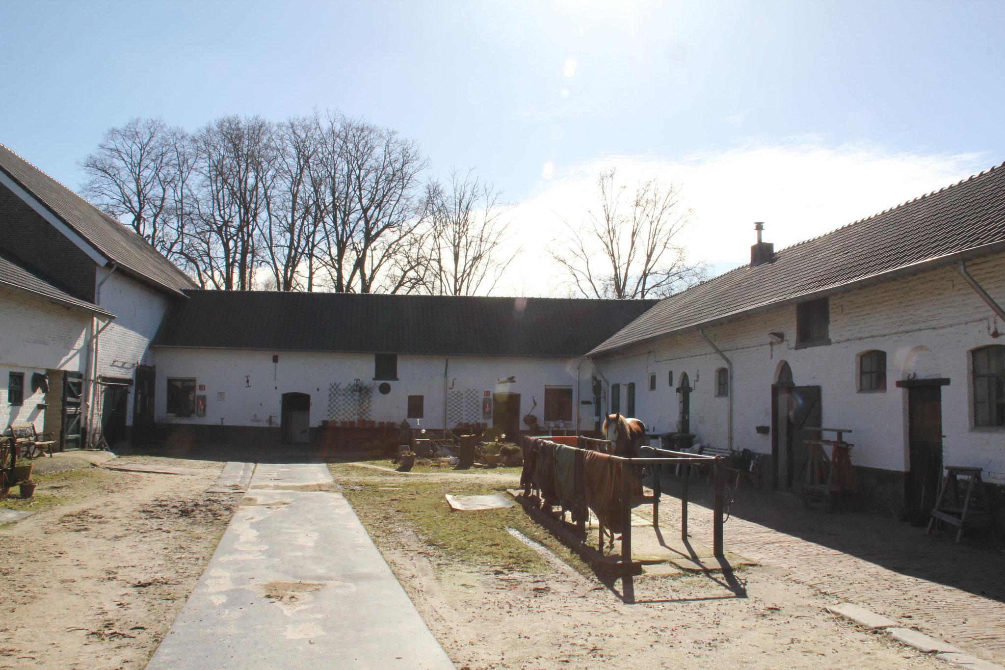 Boerderij Heihof. Van oorsprong stond er een groot herenhuis naast de boerderij